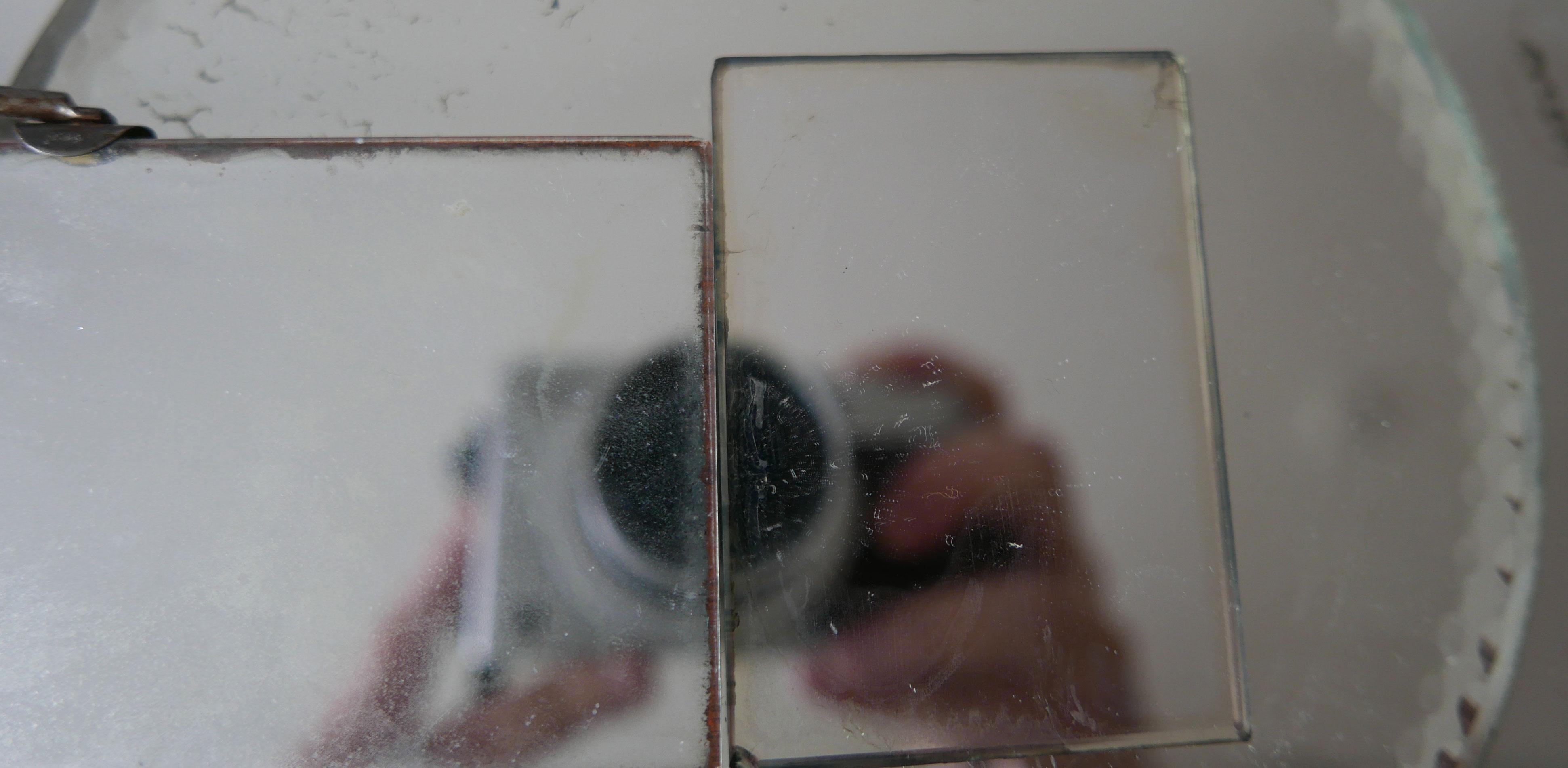Eine Kamera spiegelt sich in zwei Spiegelflächen