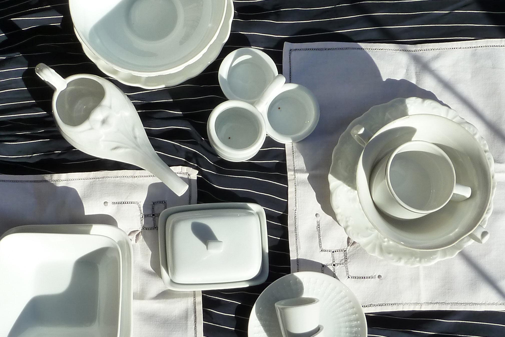 weißes Porzellan auf handgemachten Deckchen