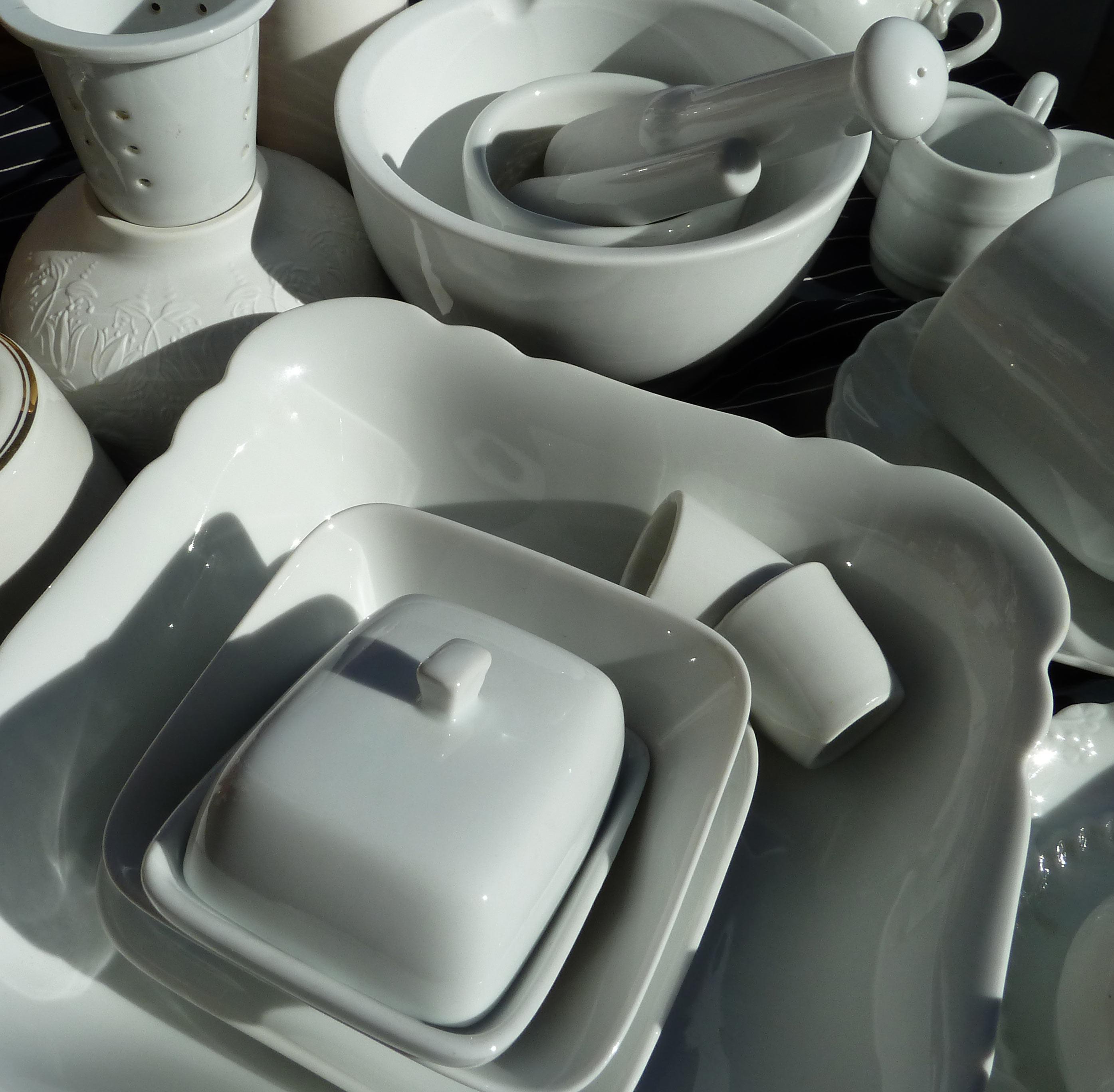 Porzellanteile in Weiß