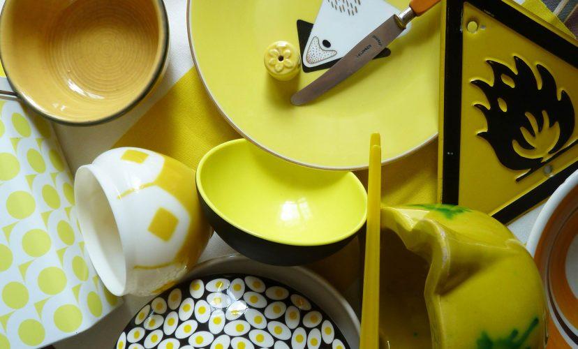 gelbes Porzellan und Glas