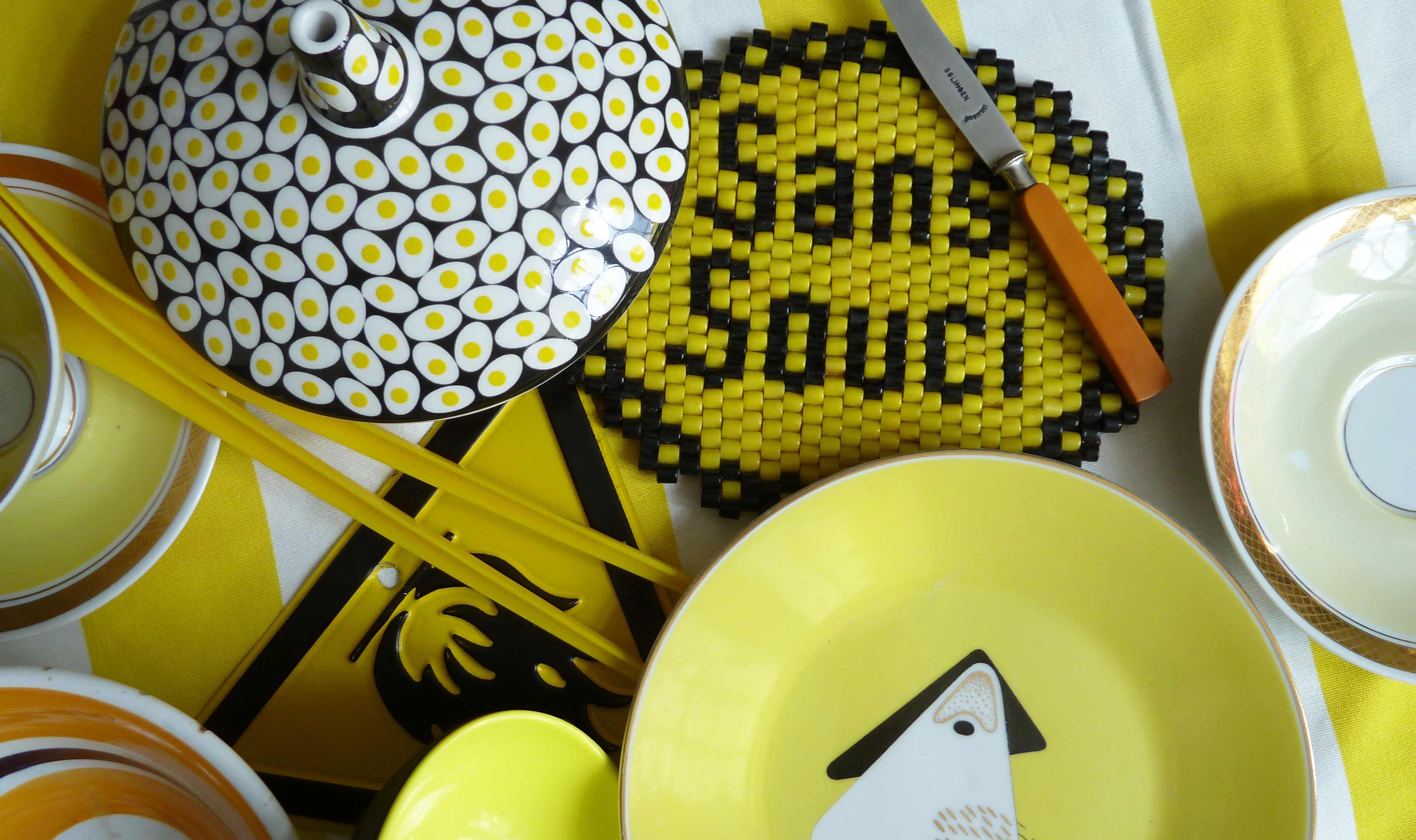 Schalen und Gegenstände in gelb