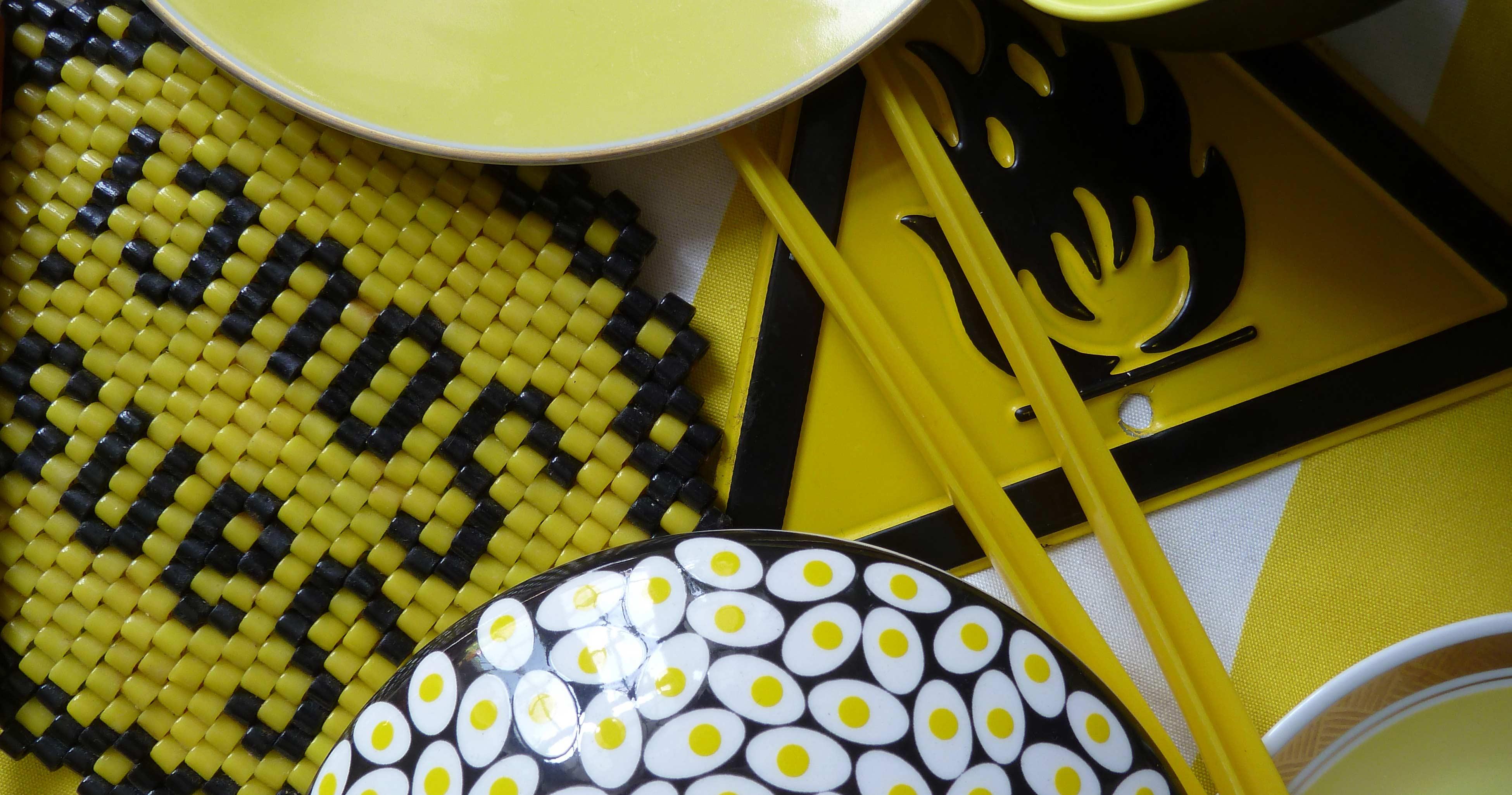 Gefäße und Teller gelb