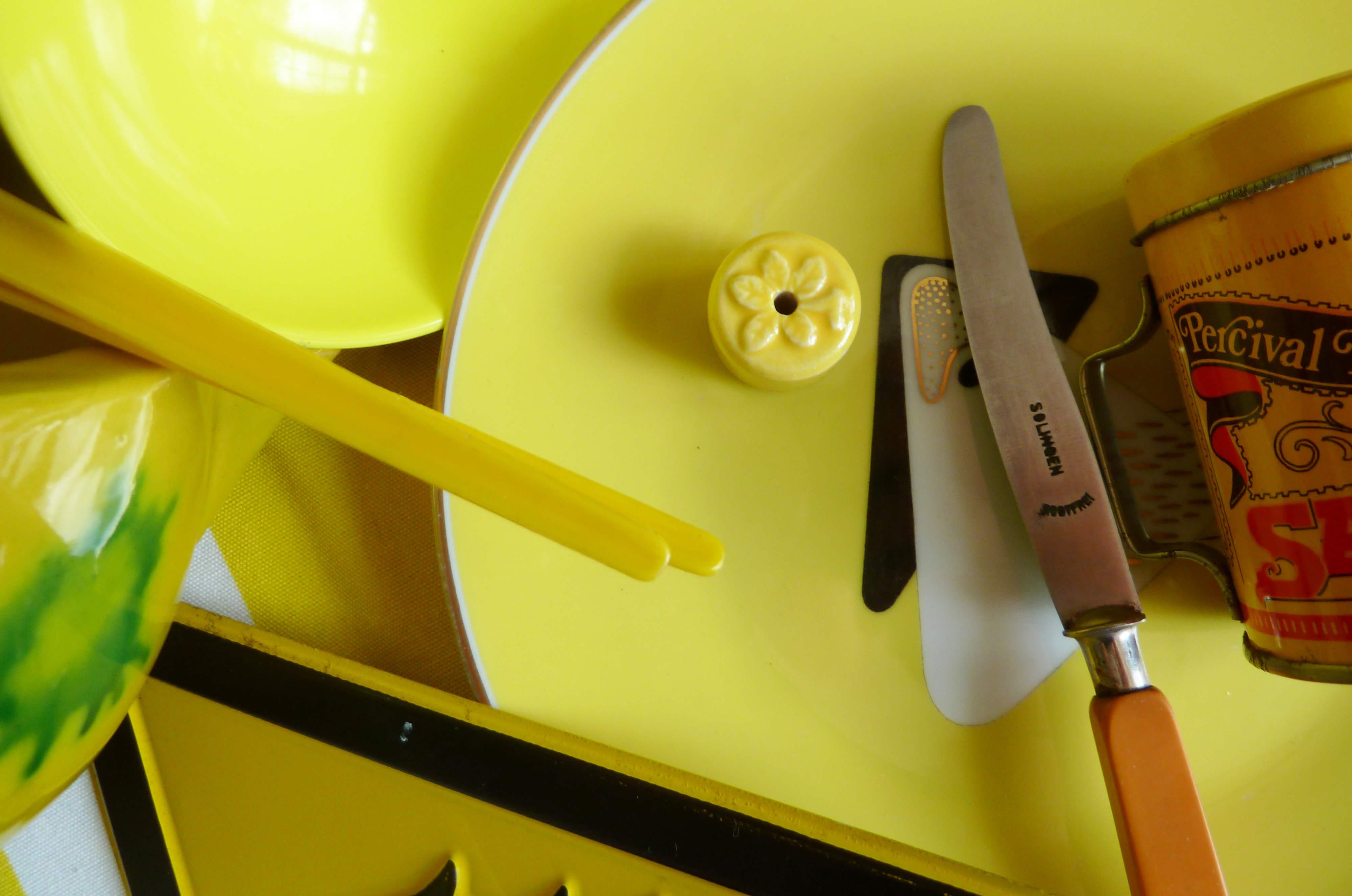 Teller und Buttermesser gelb