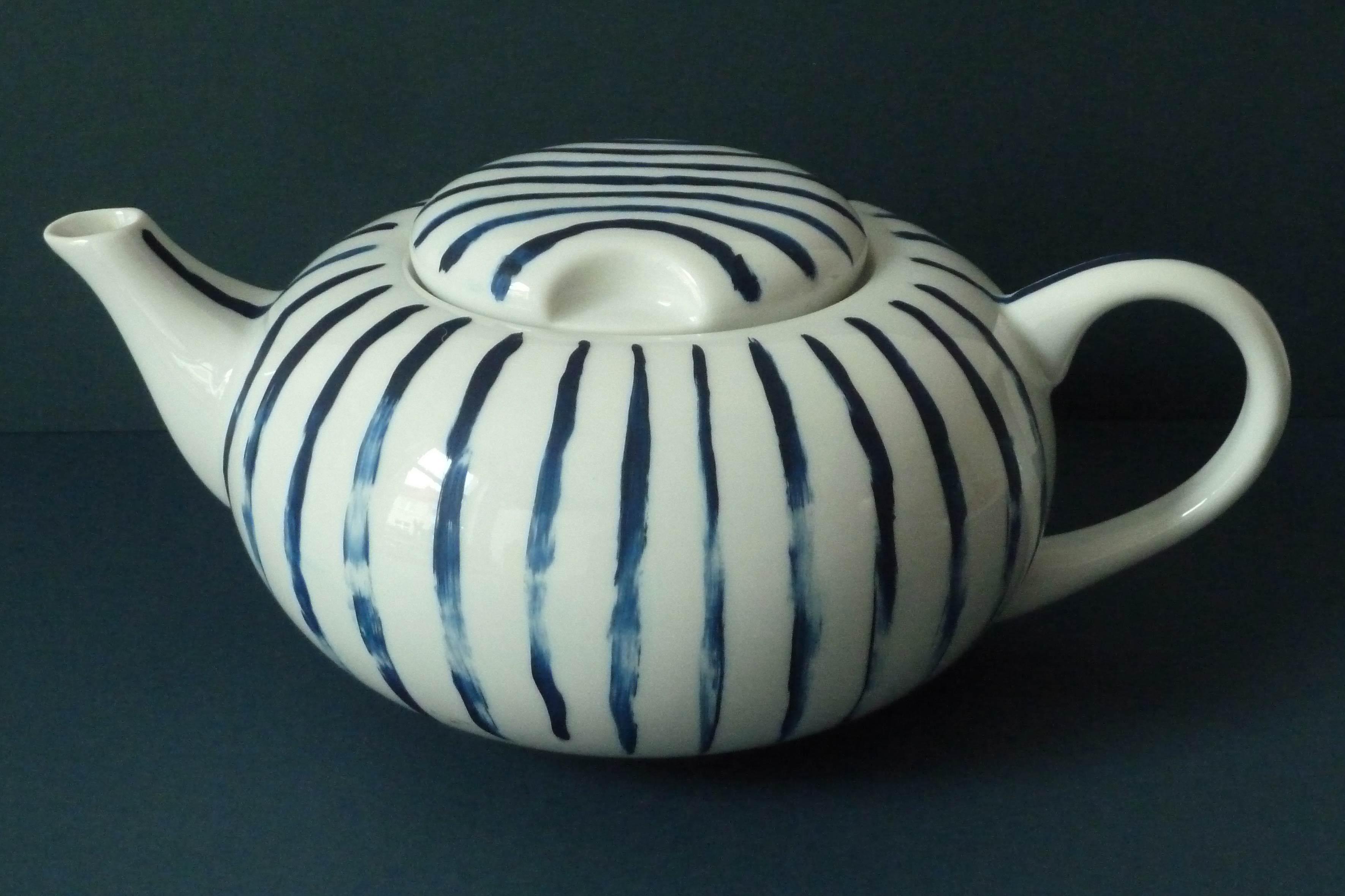 weisse Teekanne mit dunkelblauen Streifen