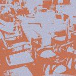 reihen von Stühlen und Sesseln