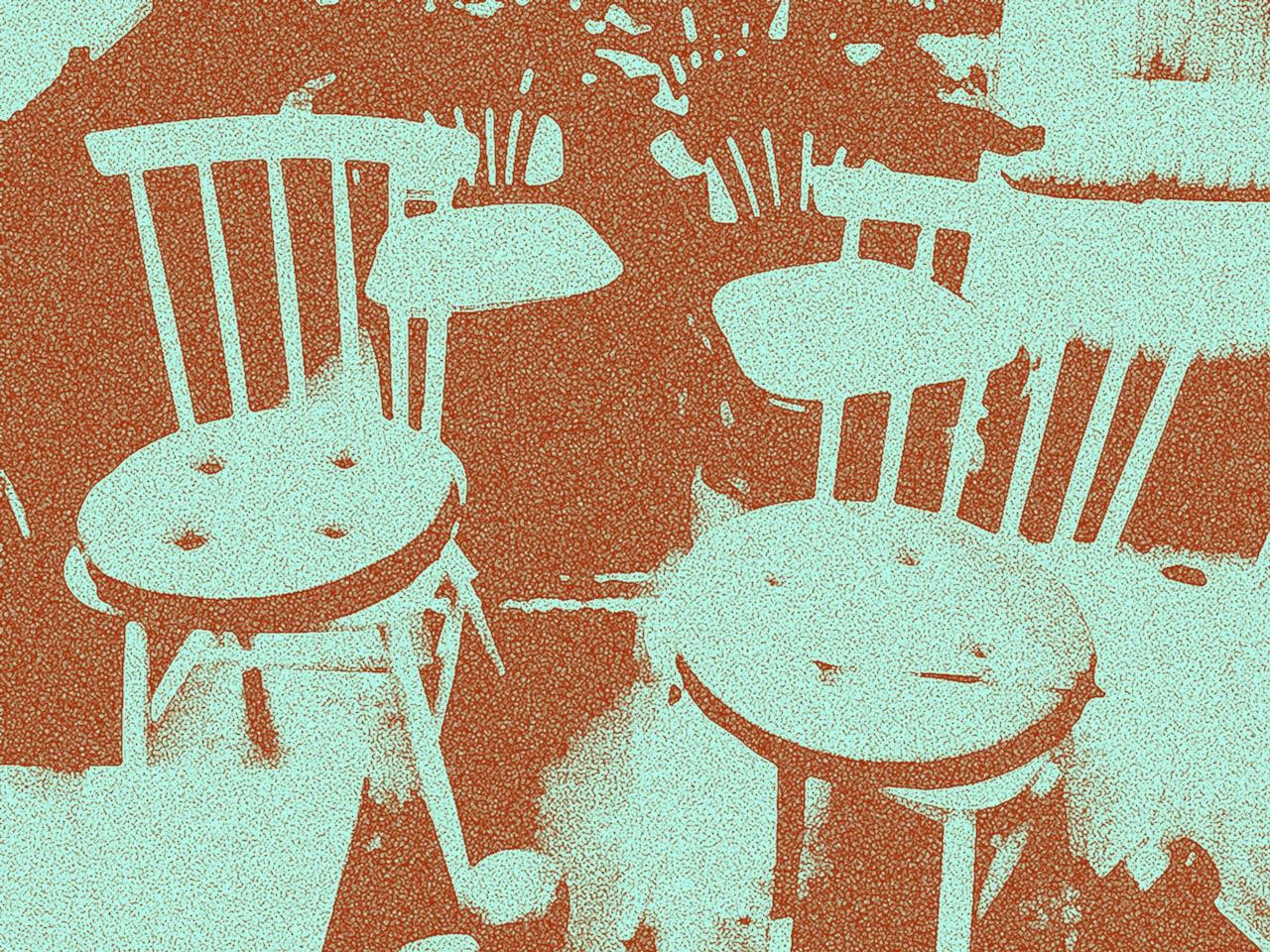 zwei Stühle mit Sprossen