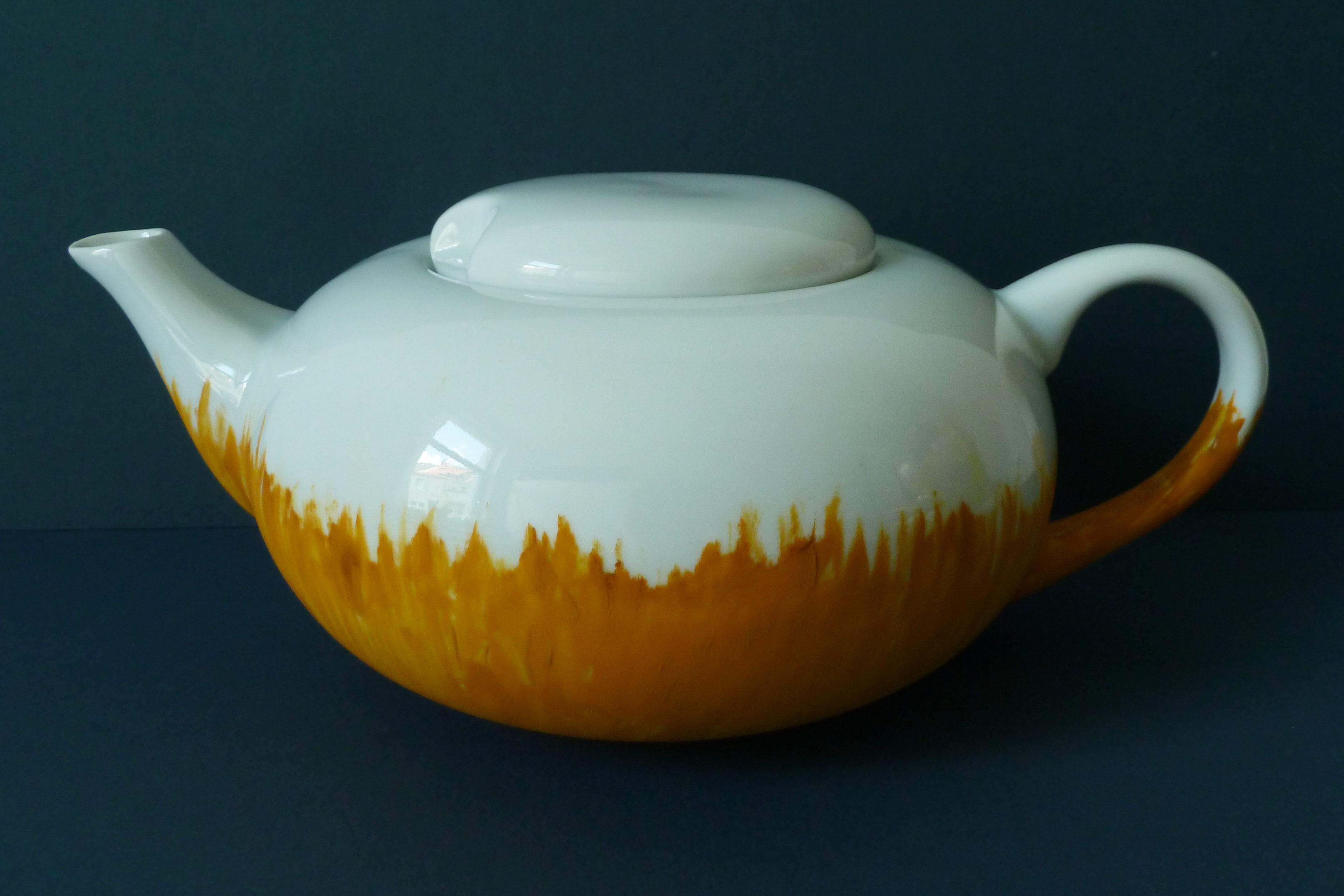 Porzellen Teekanne weiß und ocker bemalt