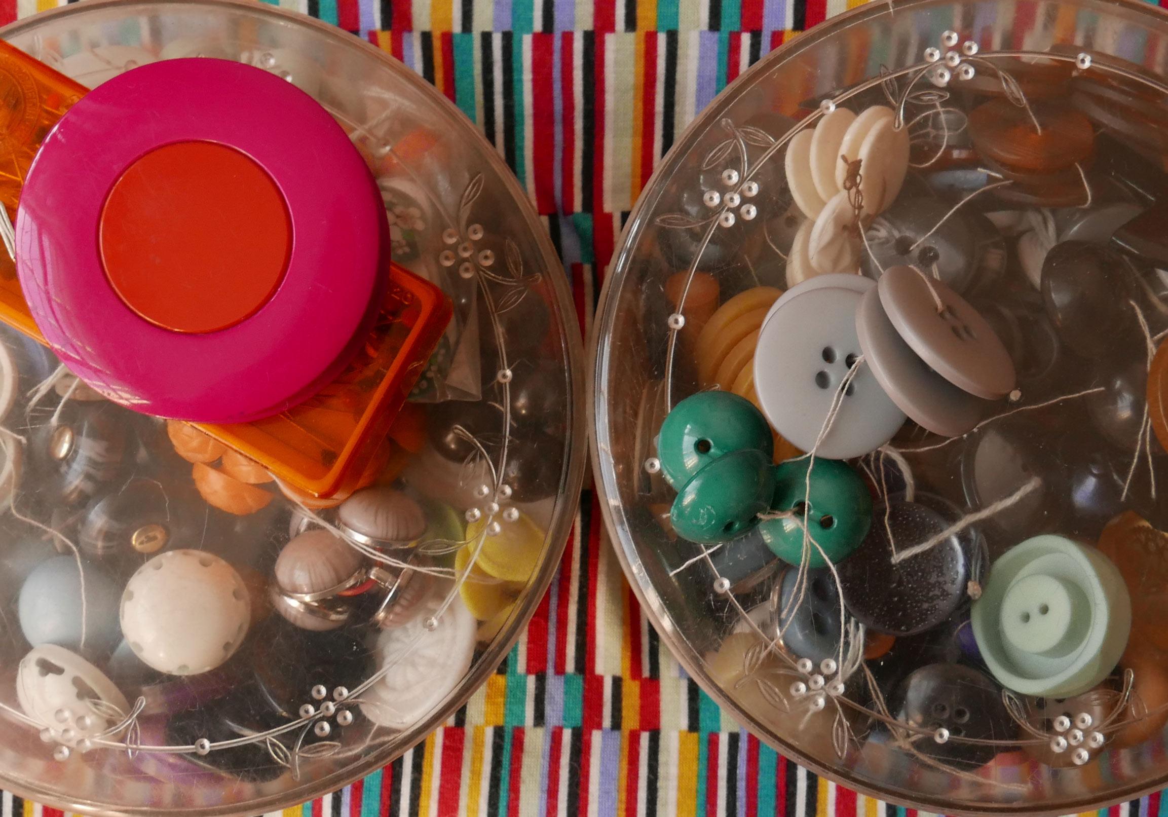 Nähzeug und Plastikdosen voller Knöpfe aus Plastik