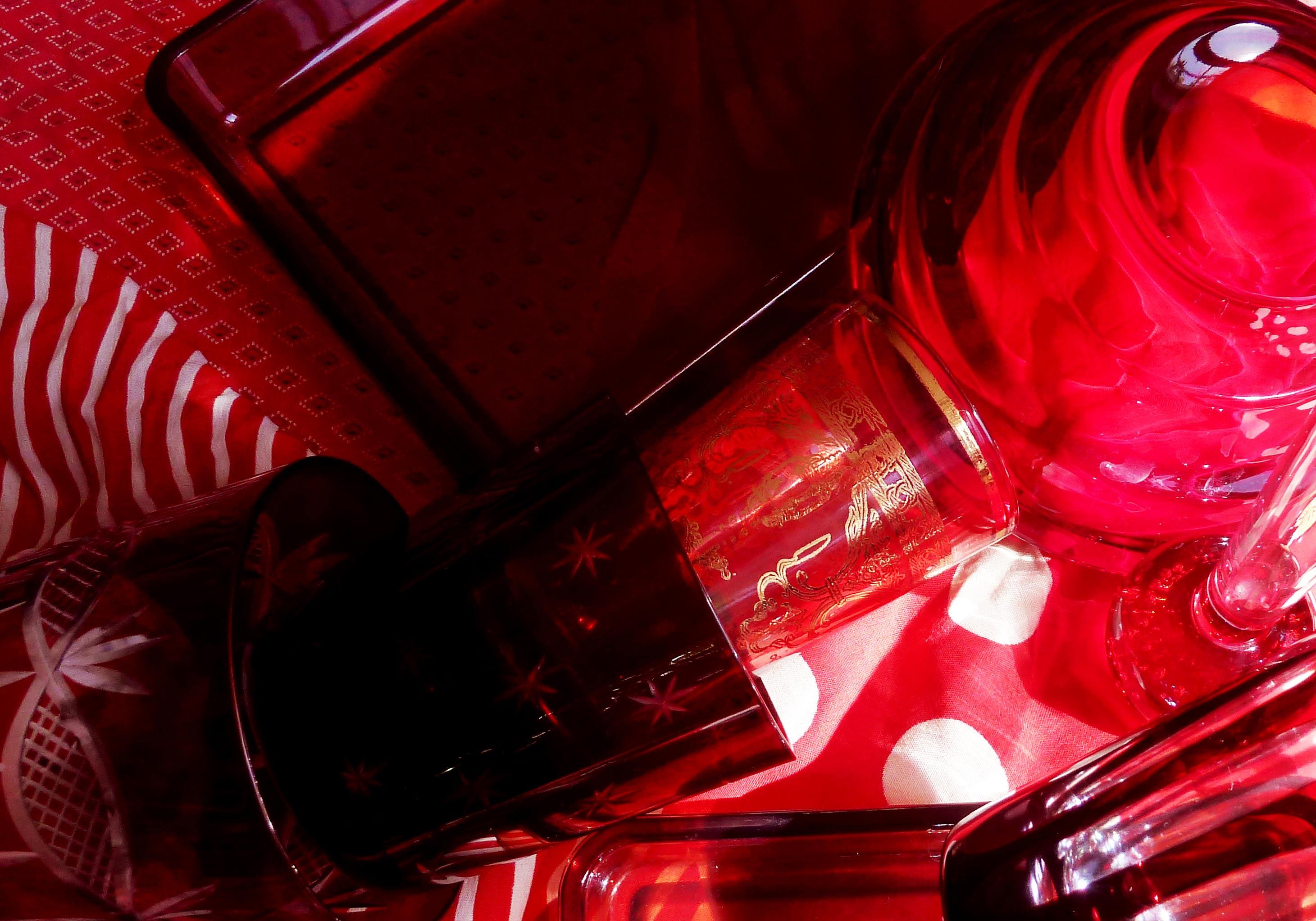 untersetzer aus rotem glas