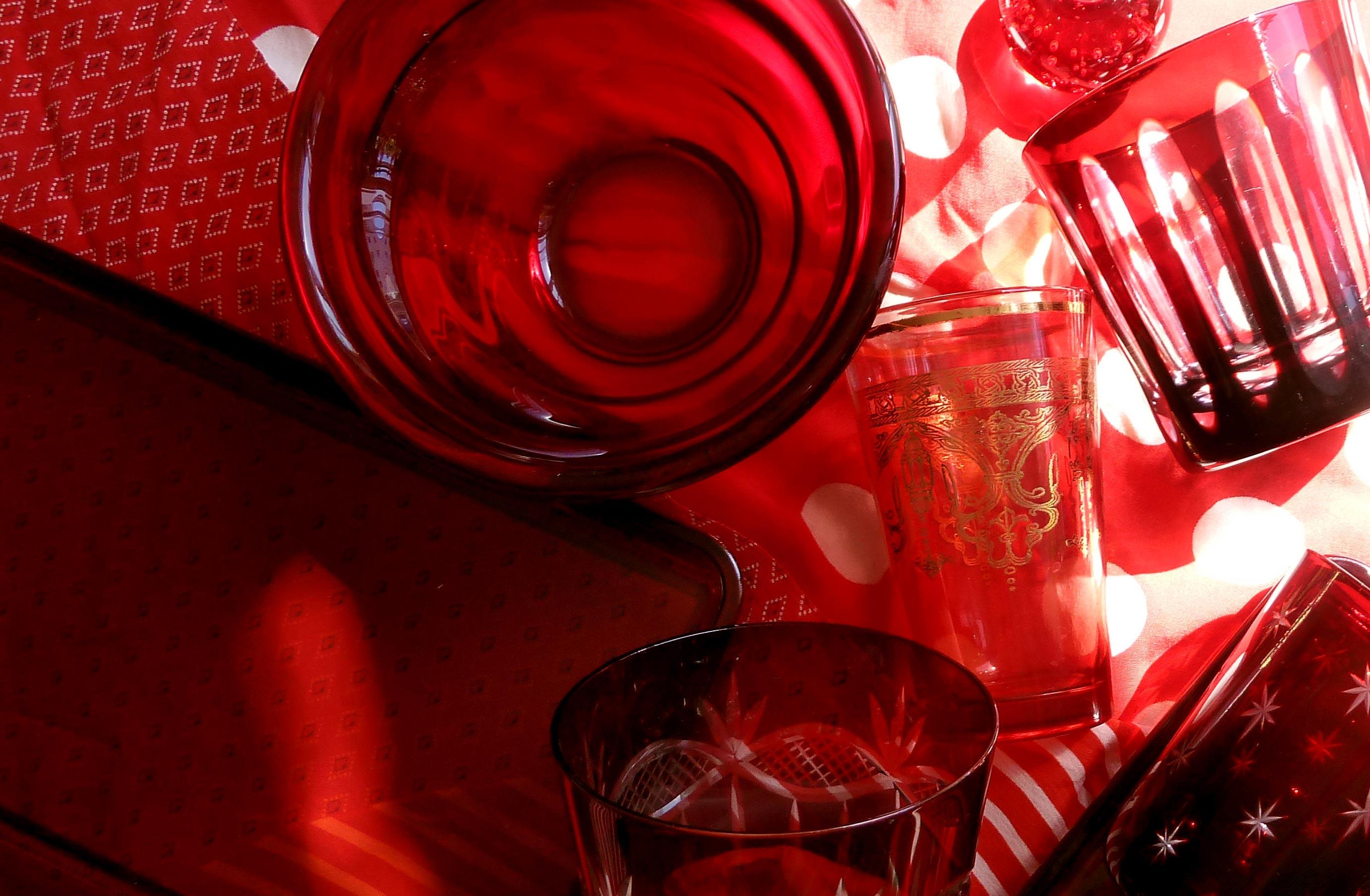 rote glas schale und gläser