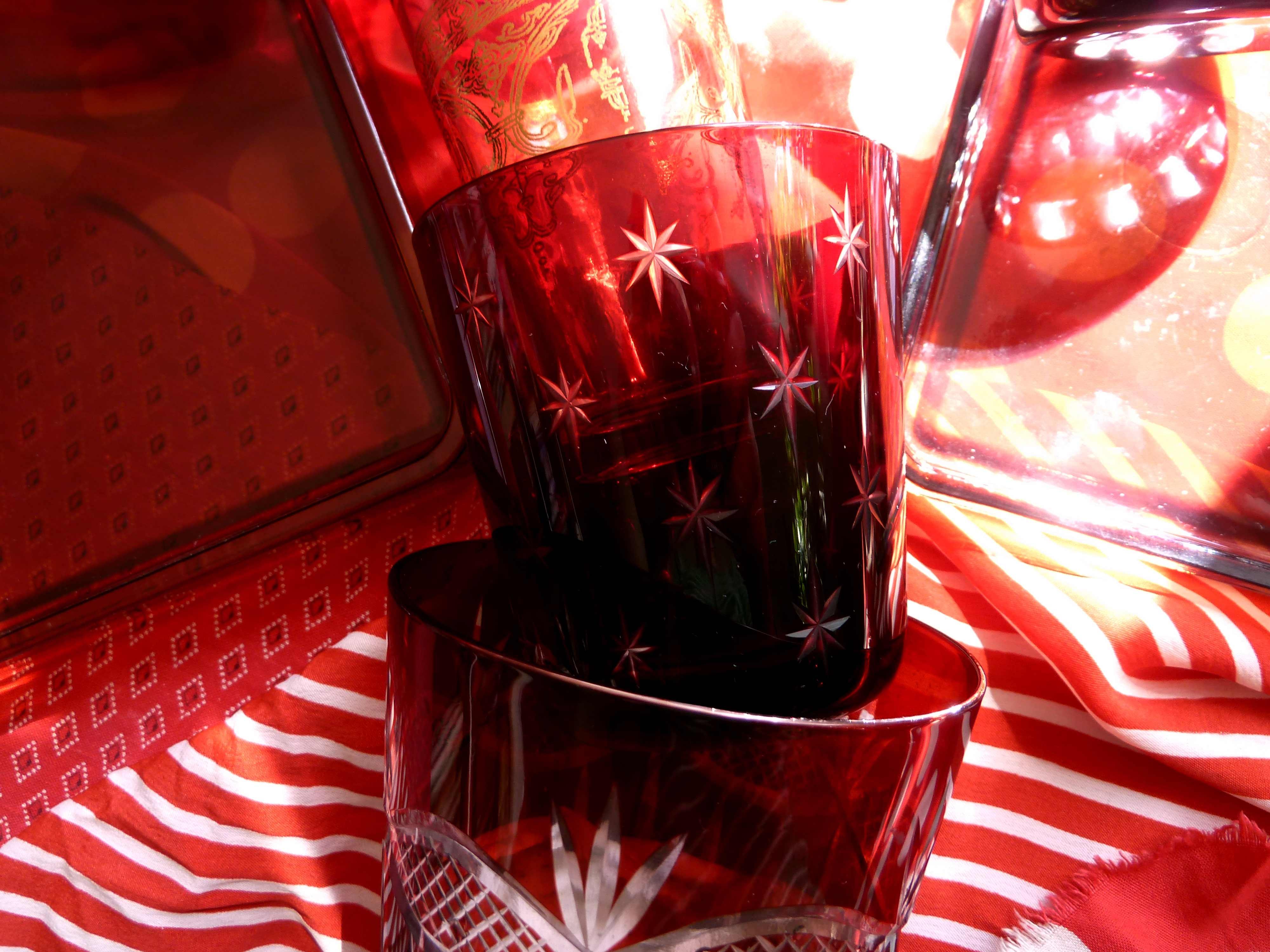 verschiedene rote gläser