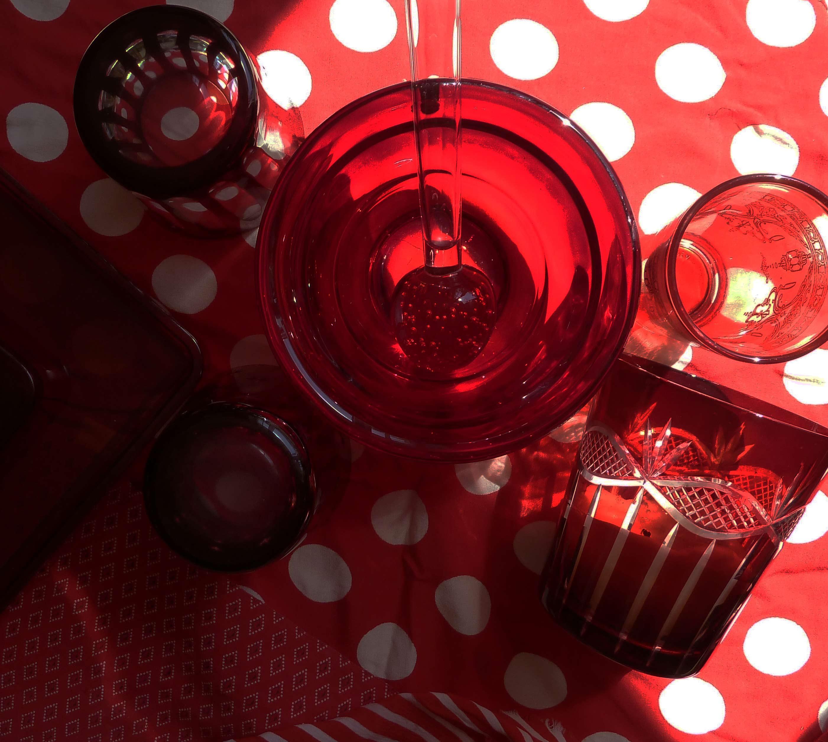 rote glasgefäße auf polka dots