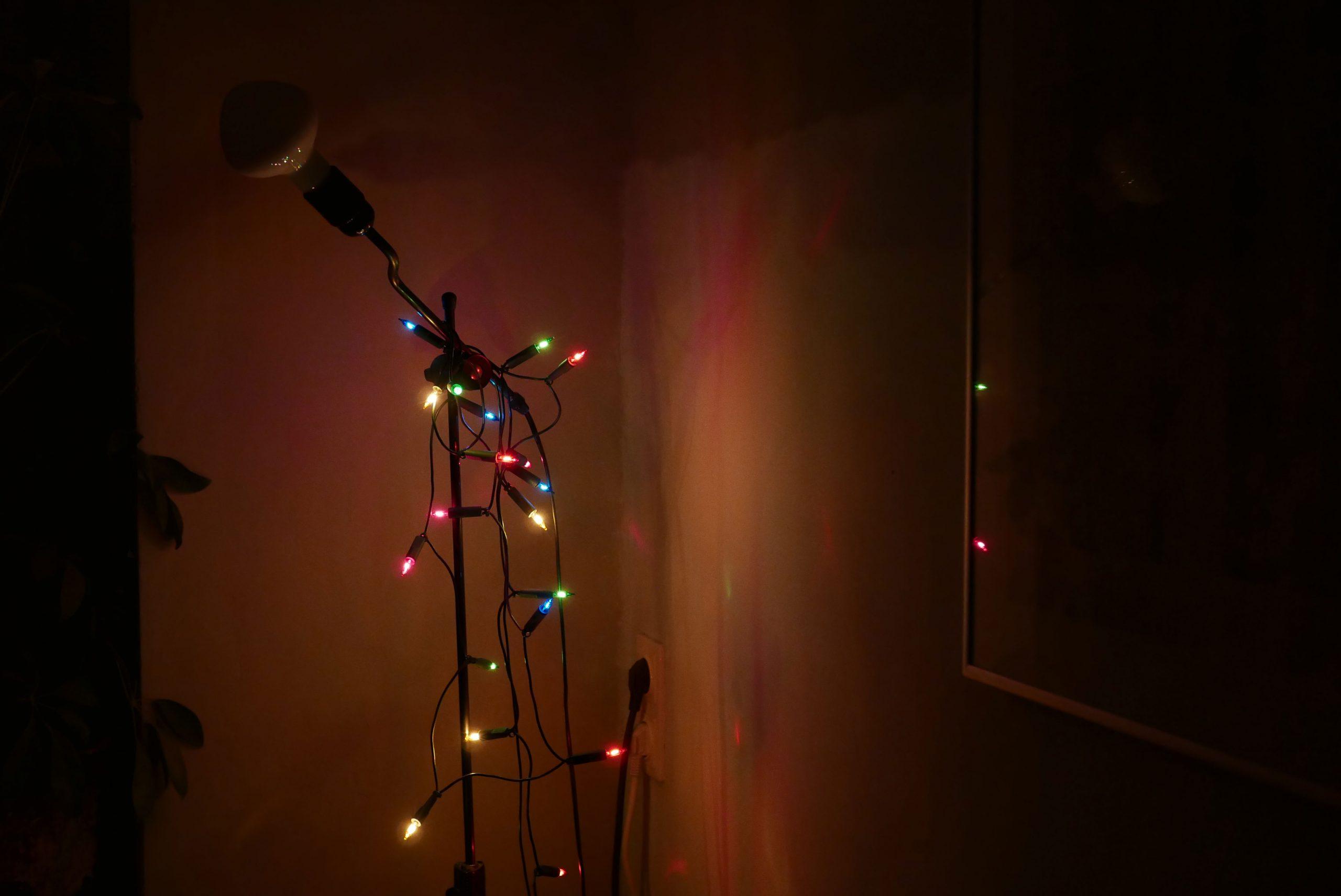 stehleuchte mit weihnachtsbeleuchtung