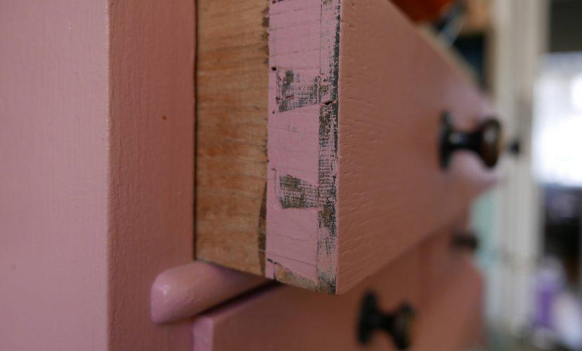 halb offene rosa Schublade