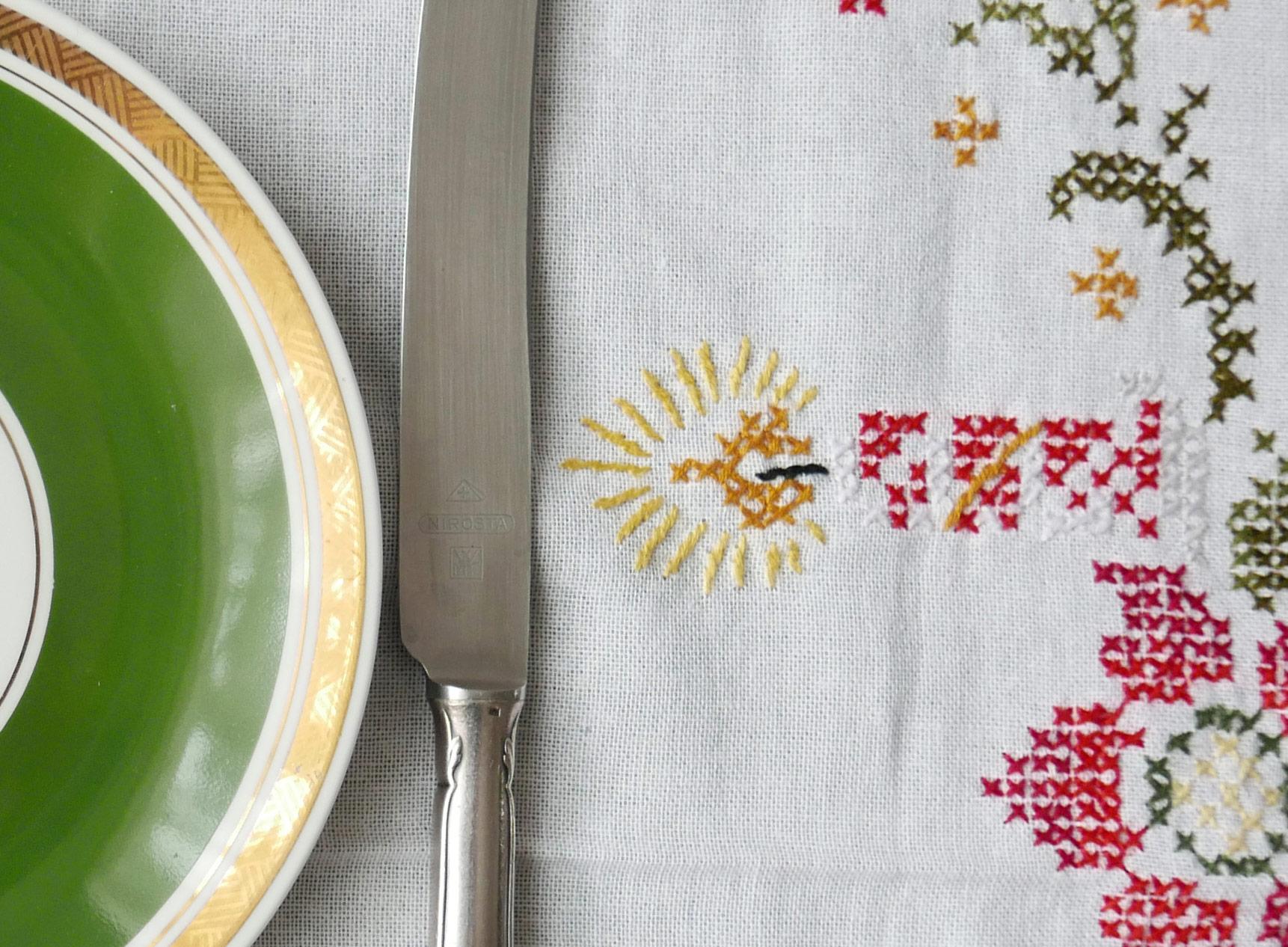 weihnachten grüner teller messer tischdecke fragment