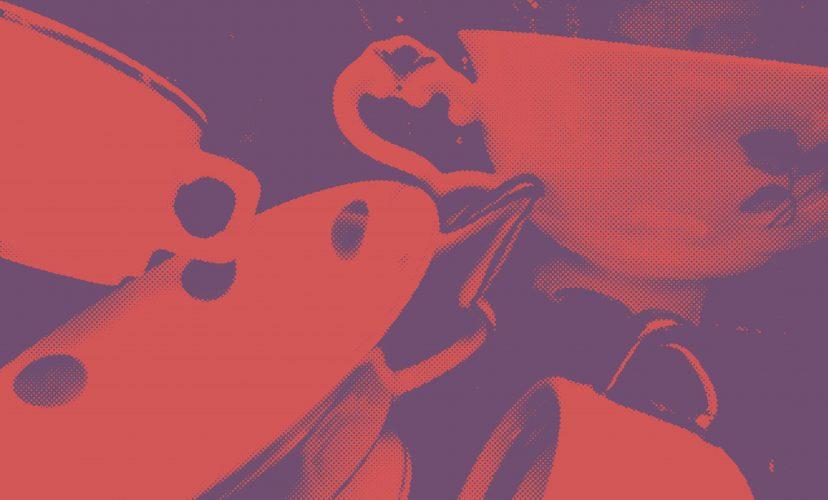 komposition aus Tassen in rot und violett