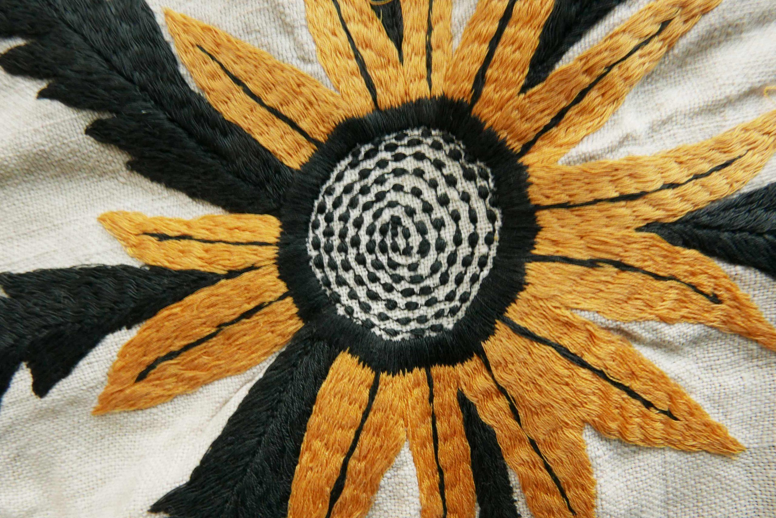 geduldige Stickerei gelb schwarze Blume