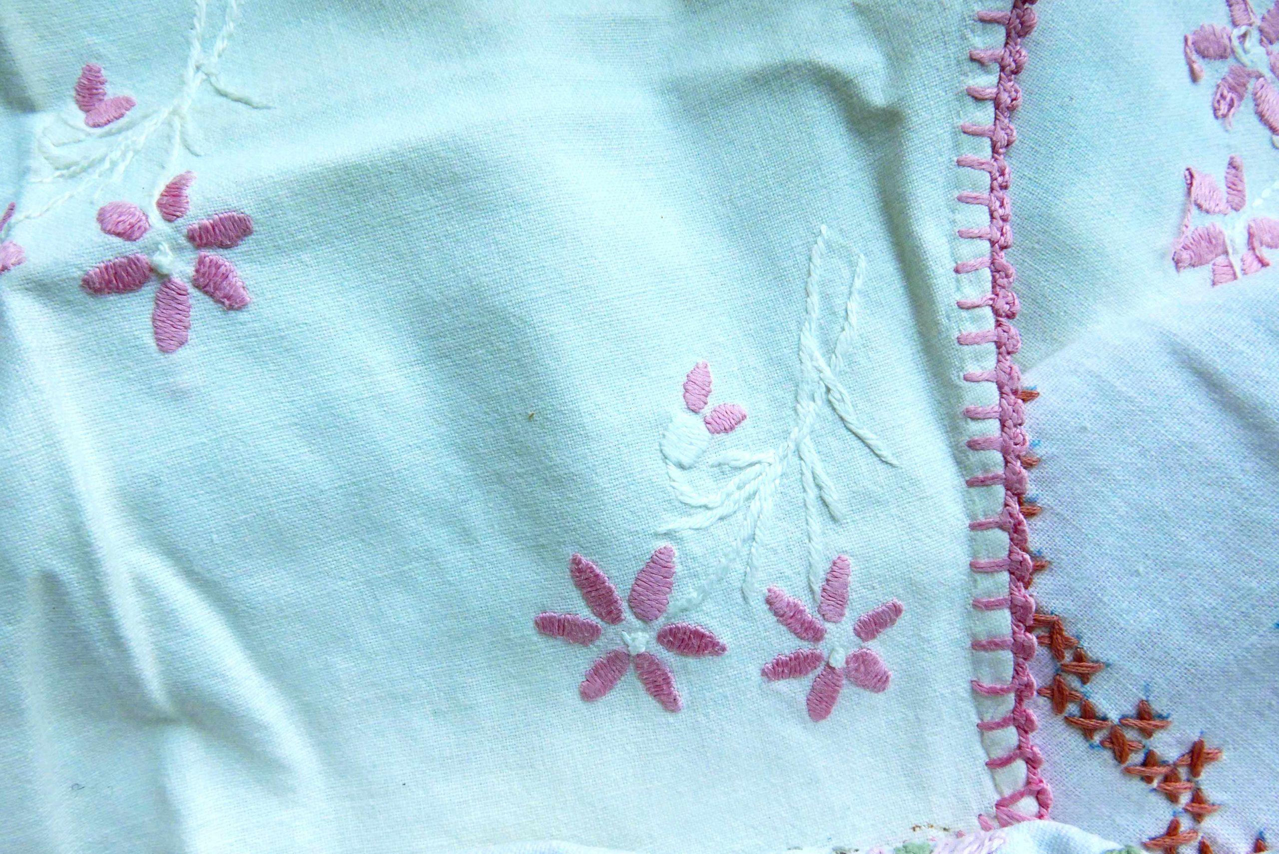 Coronavirus geduldige Stickerei Rand der Tischdecke rosa