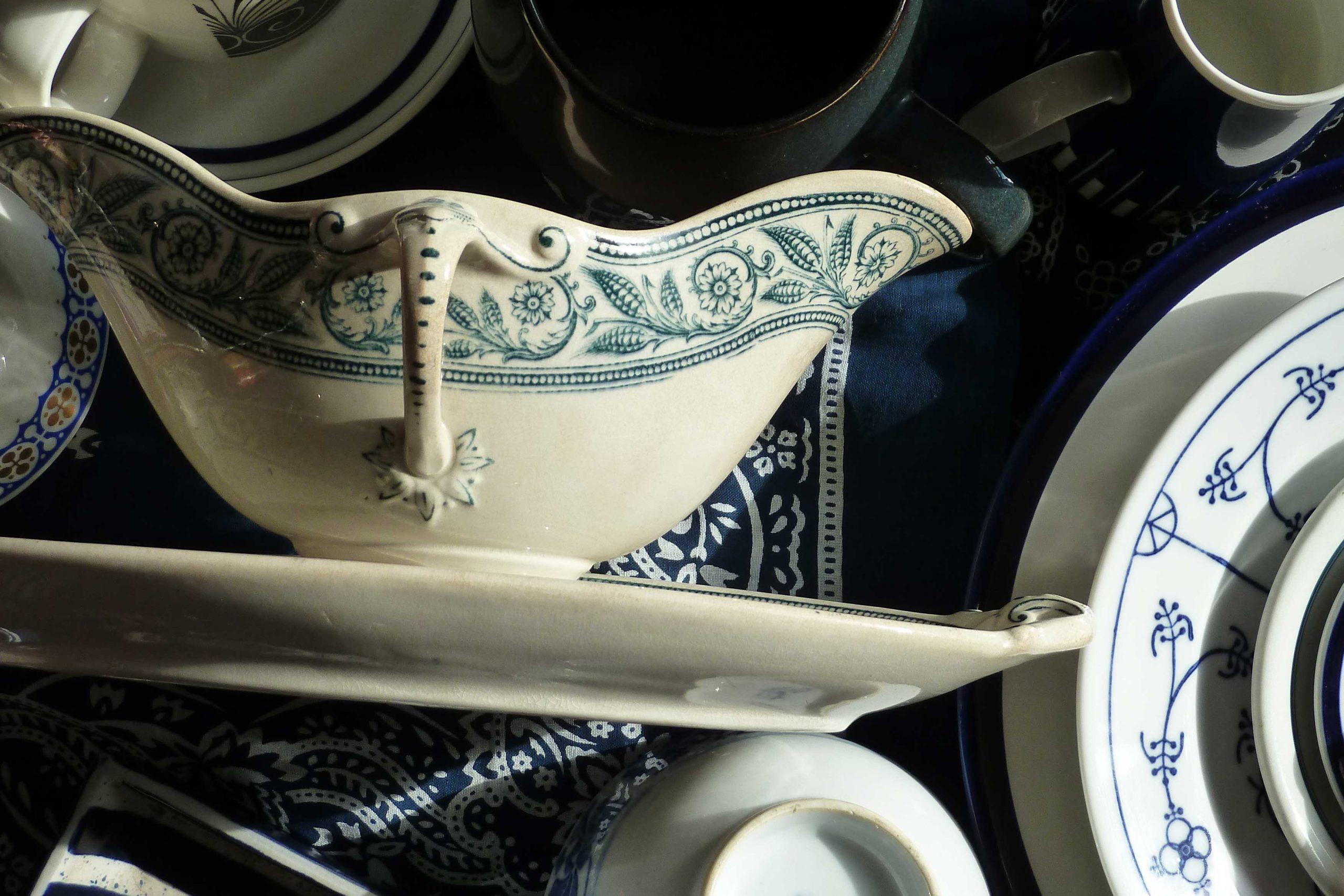 Antike Sauciere und marineblaues Porzellan