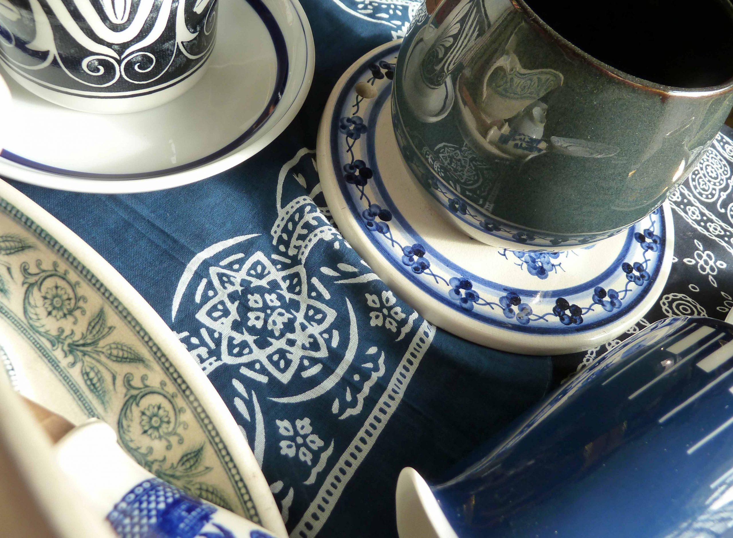 Spiegelungen in marineblauem Porzellan