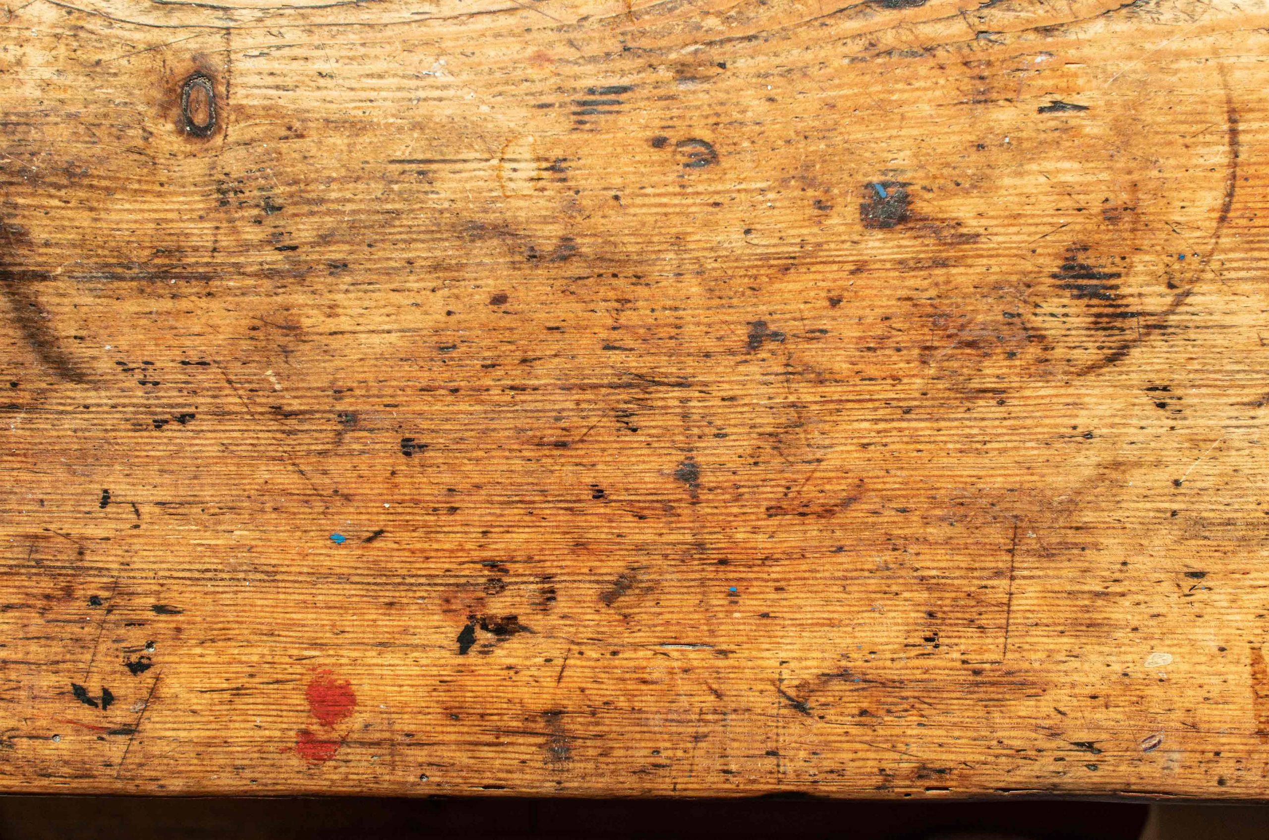 alter guter Tisch, Spuren auf der Oberfläche