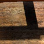 Der gute Tisch alte Holzplatte Licht und Schatten