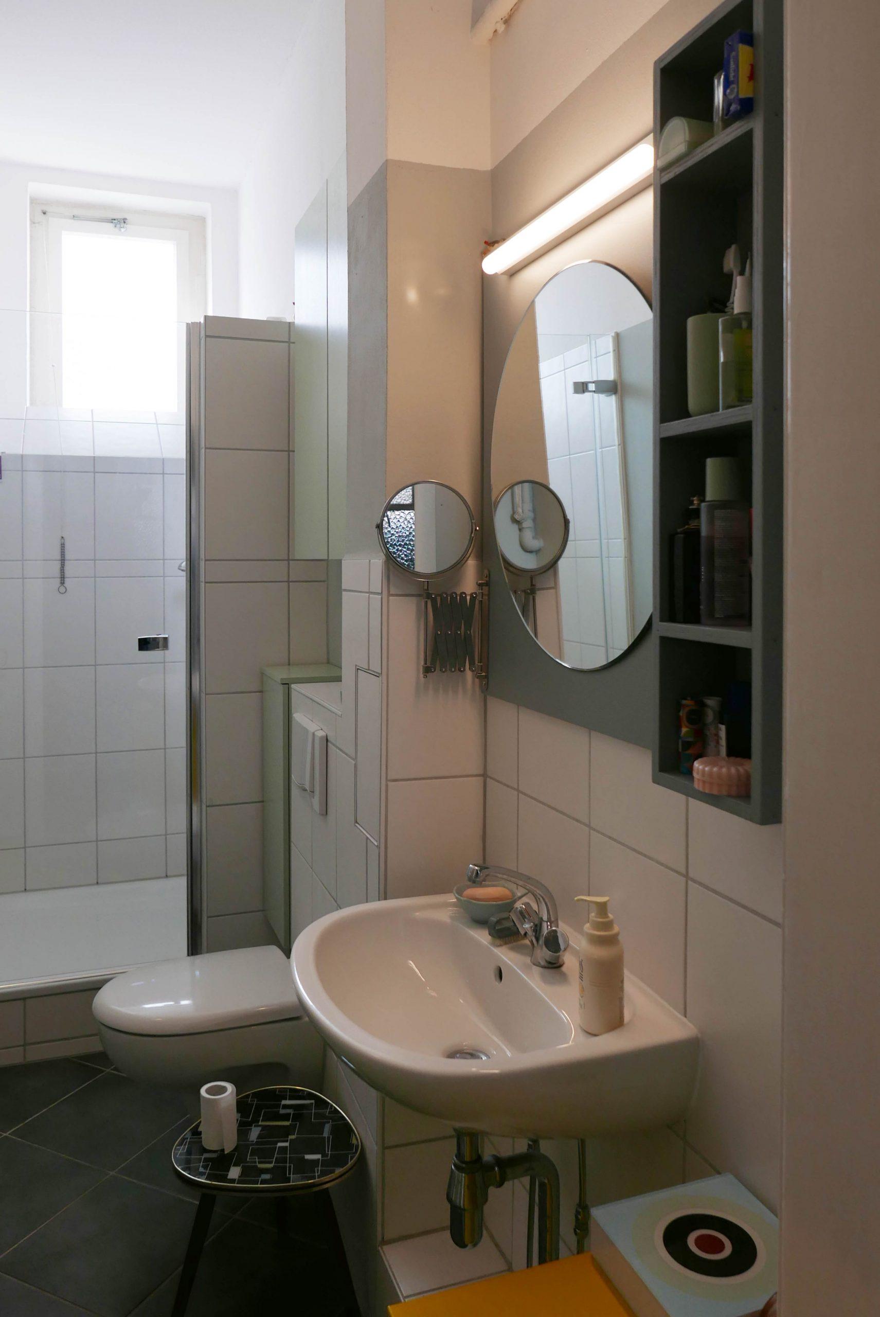 Badezimmerprojekt im Altbau: Farbgestaltung und Spiegelregal