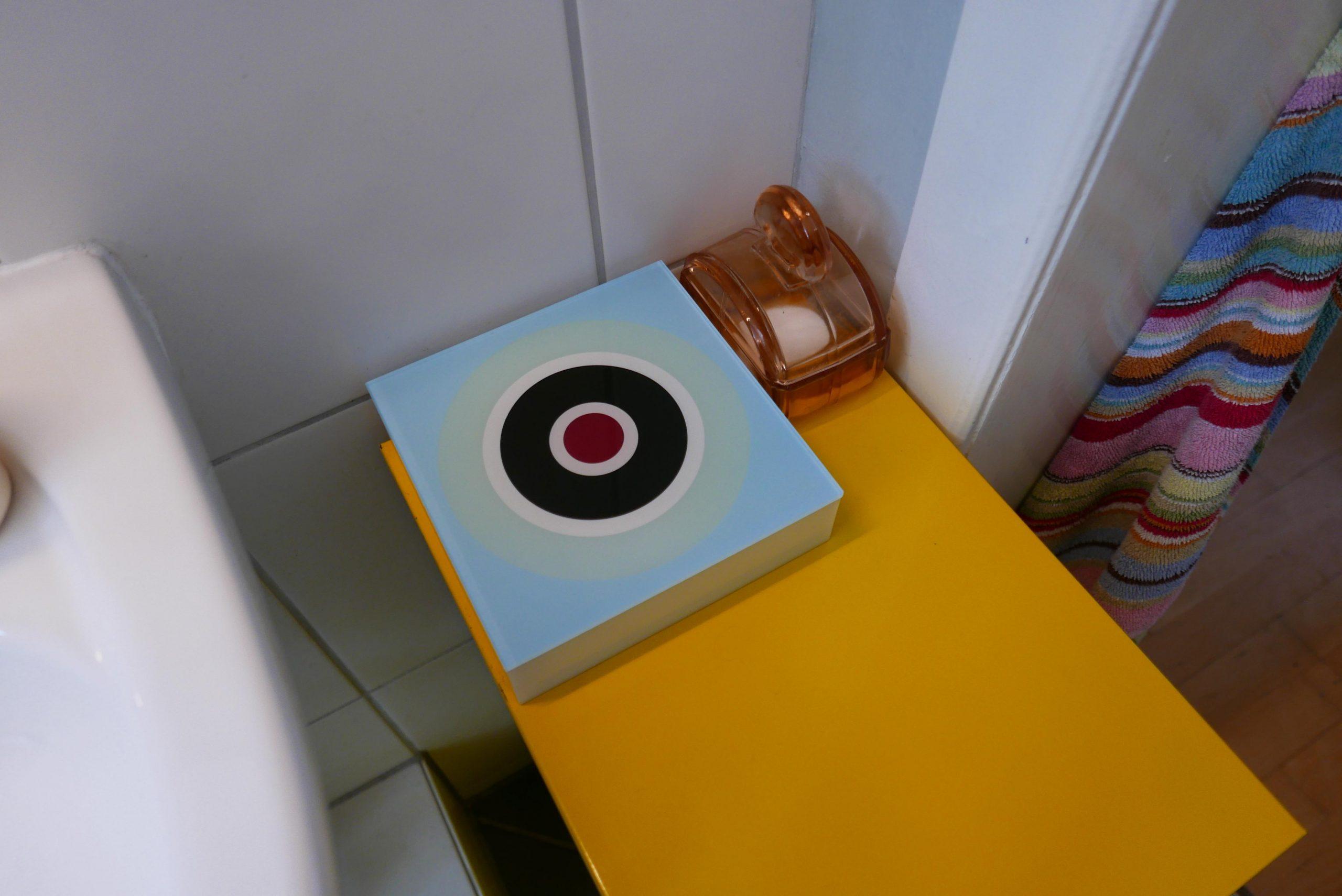 Badezimmer Farbgestaltung Detail gelber Schubladenschrank