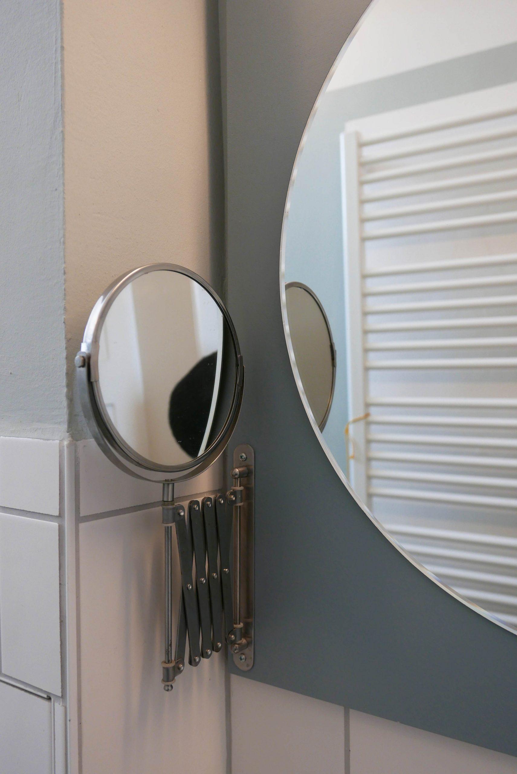 Farbgestaltung und Spiegelregal Kosmetikspiegel Detail