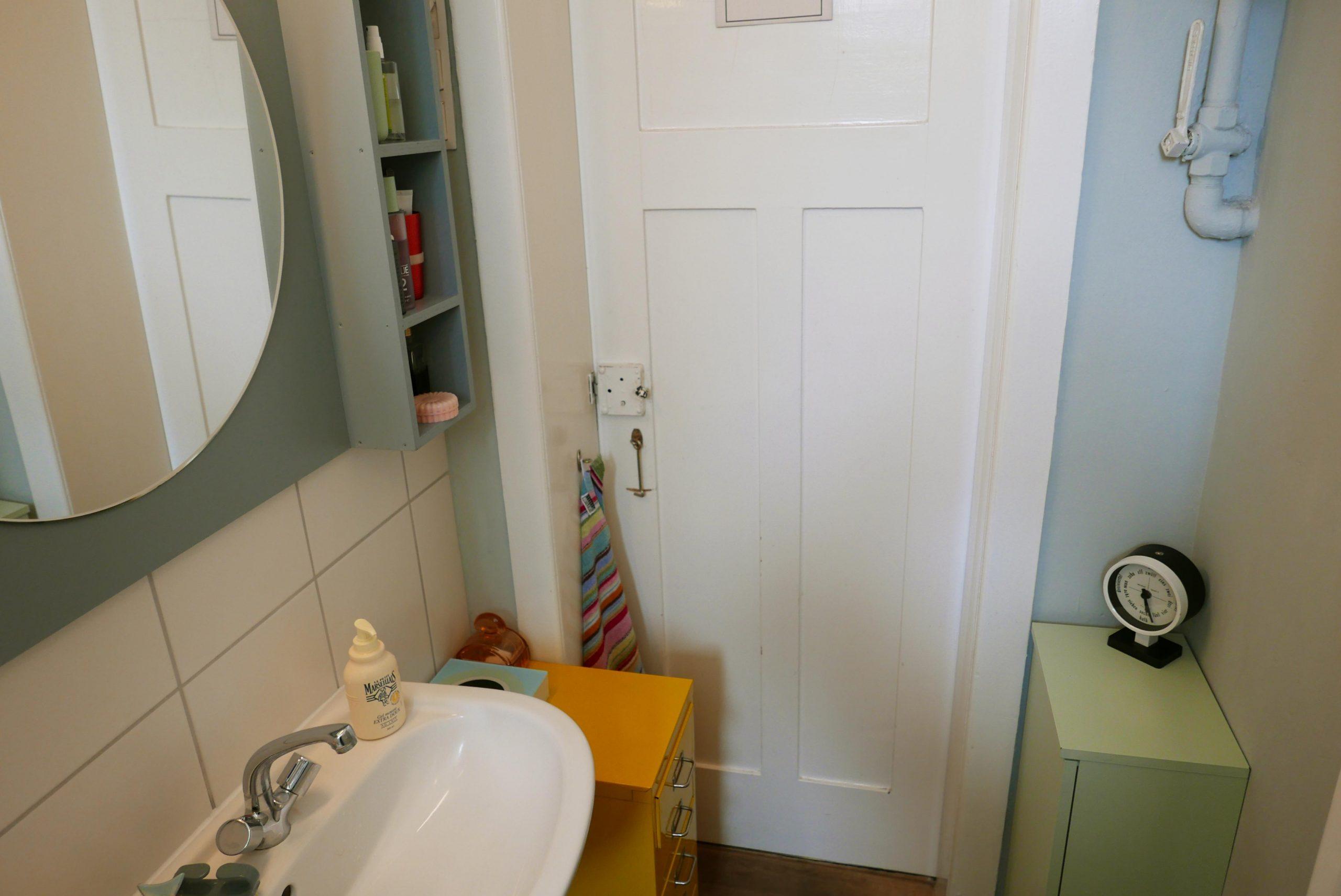 Farbgestaltung Bad im Altbau Ansicht der Waschbeckengegend