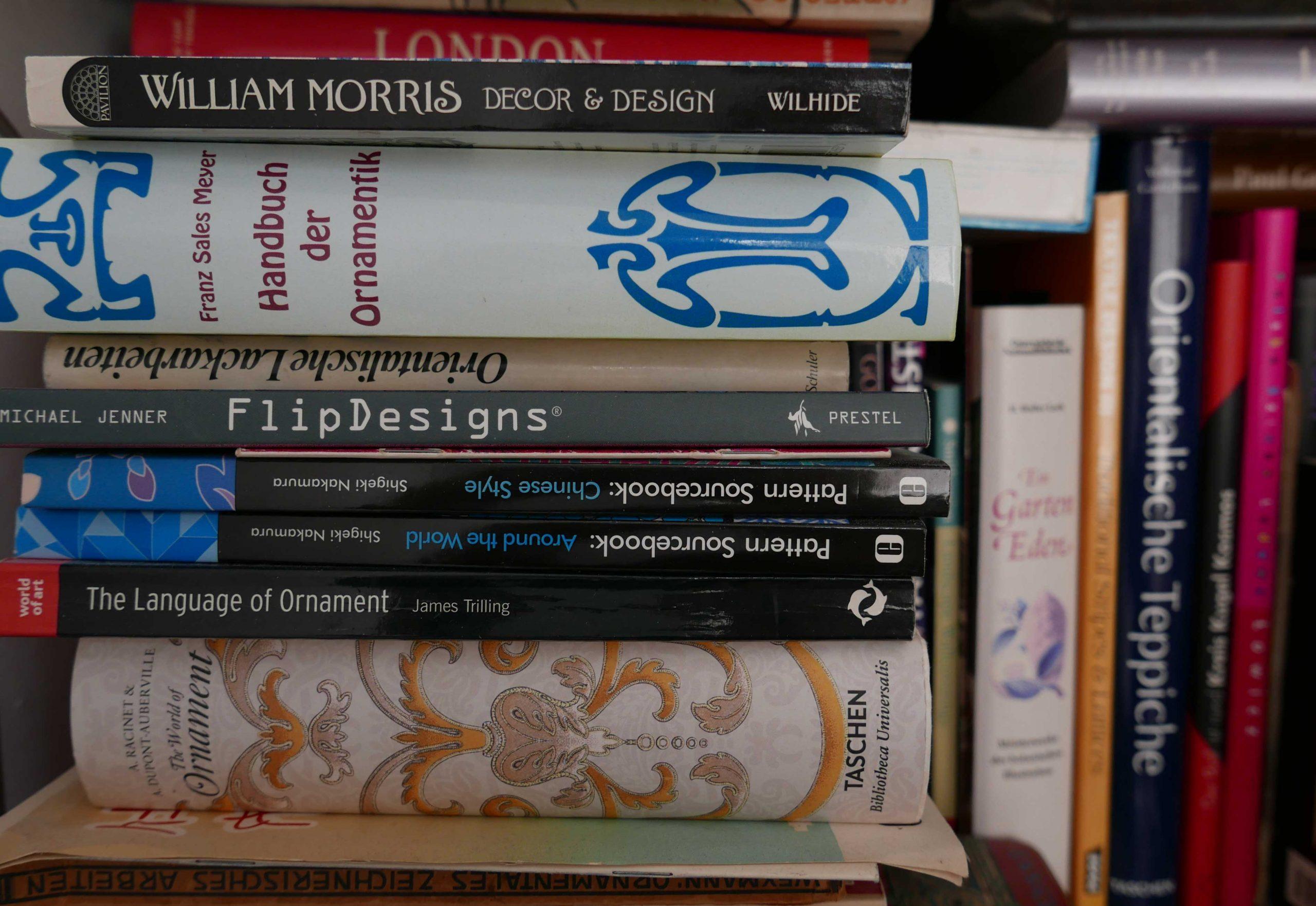 Leben mit Büchern - Bildbände über Ornamentik im Regal