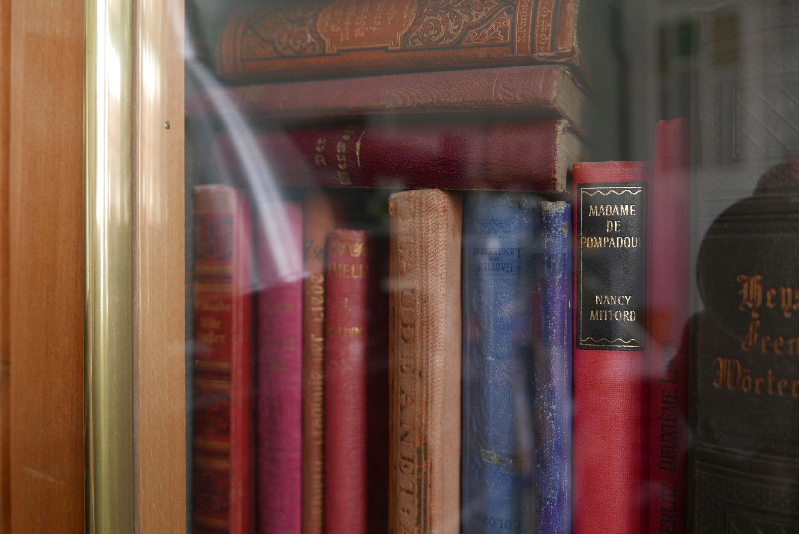 Antike Bücher in einer Vitrine