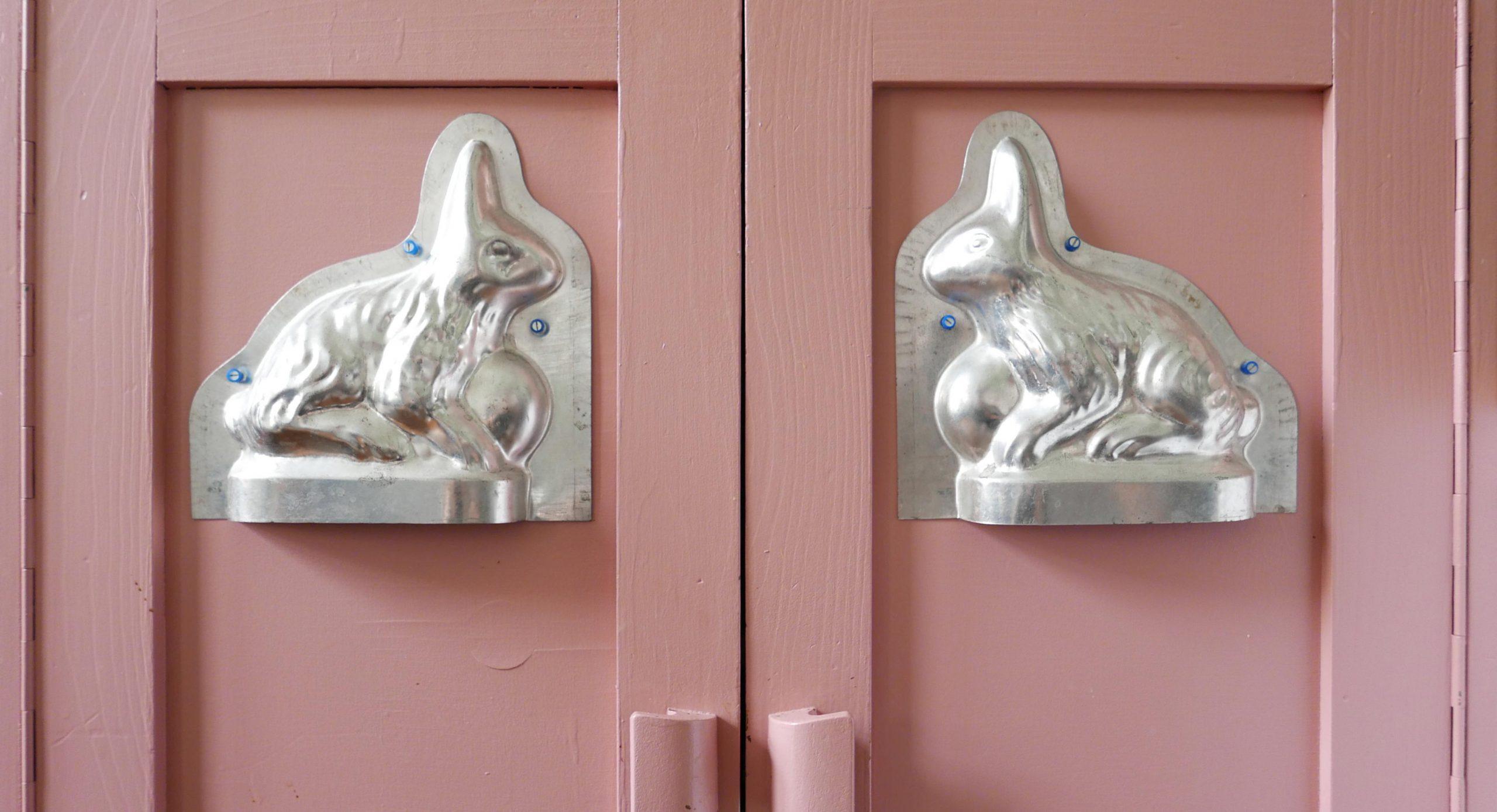 Küchenschranktüren mit Backform Hasen aus Blech als Symbol für Slow Design Blog