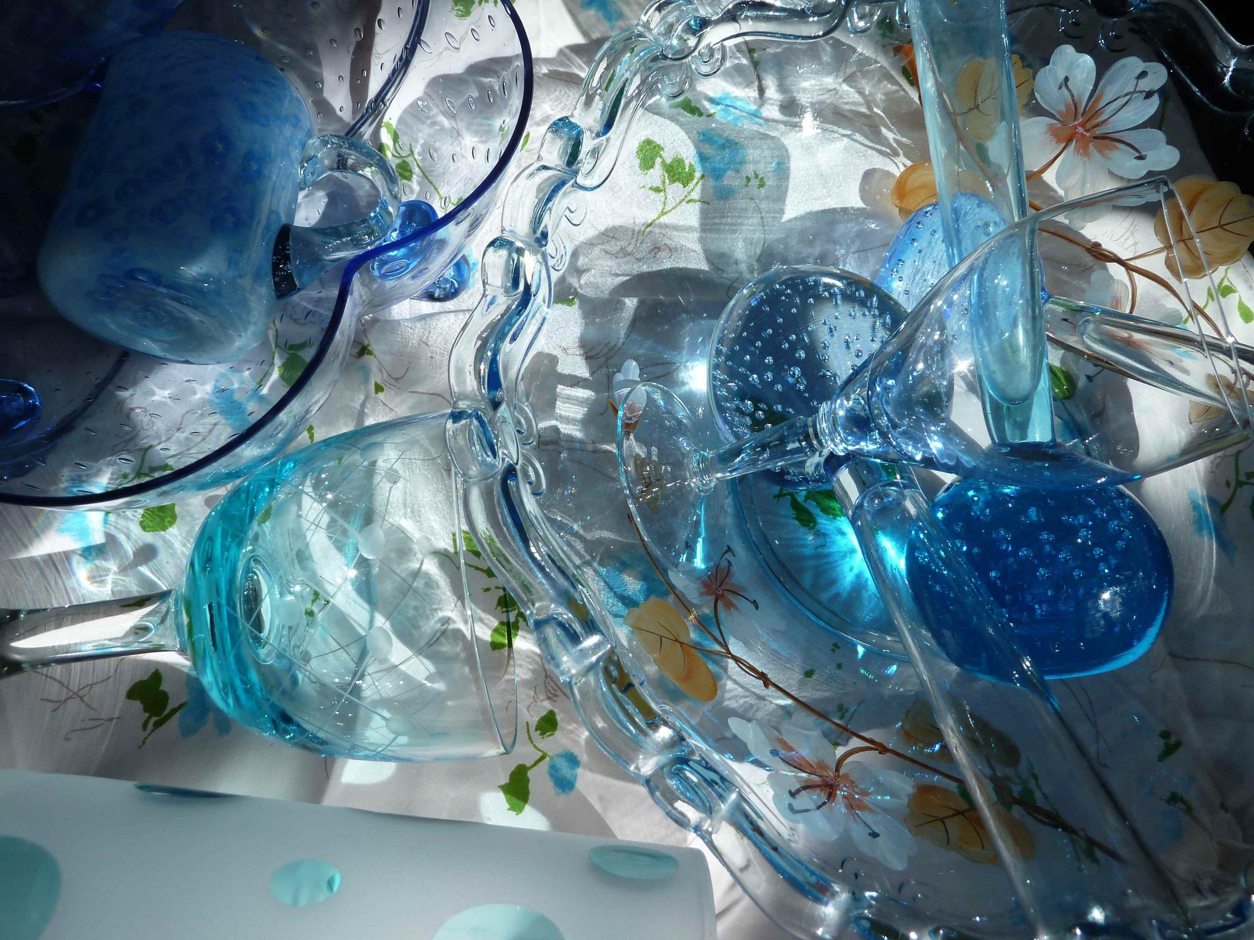glänzende Gefäße aus Glas blau in der Sonne