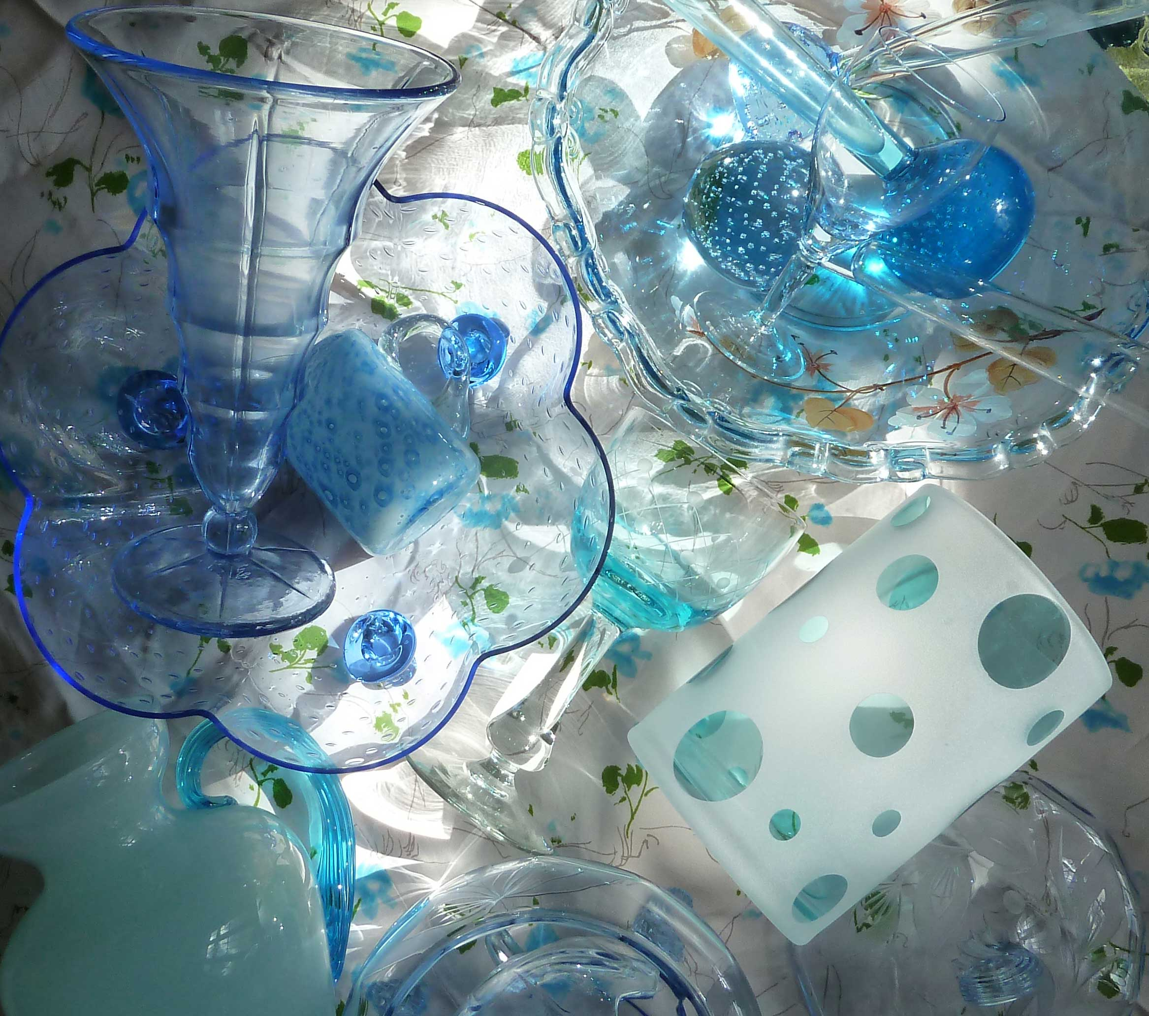 Sammlung blaues Glas starke Lichtkontraste