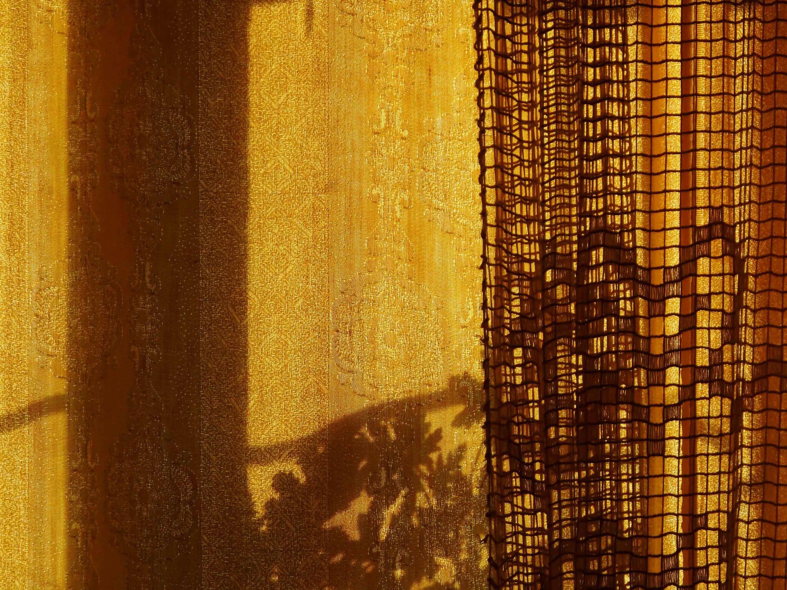 schatten der Gardine sonnensieb Textilgedanken goldener Hintergrund