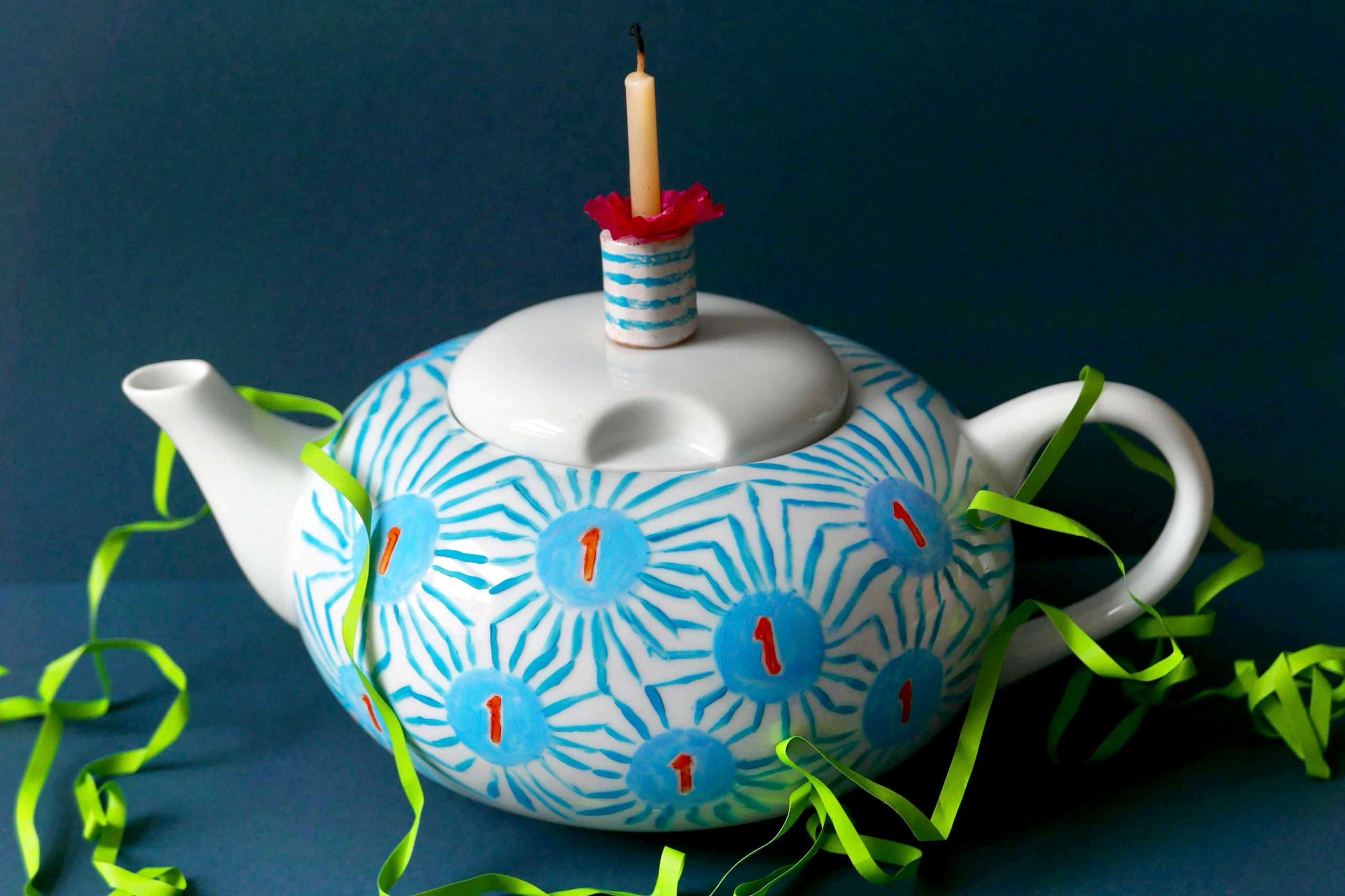 Teekanne Victim Pot Nr. 16 zum ersten Geburtstag mit Kerze