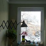 Ansicht der Küche mit der vintage Scherenlampe