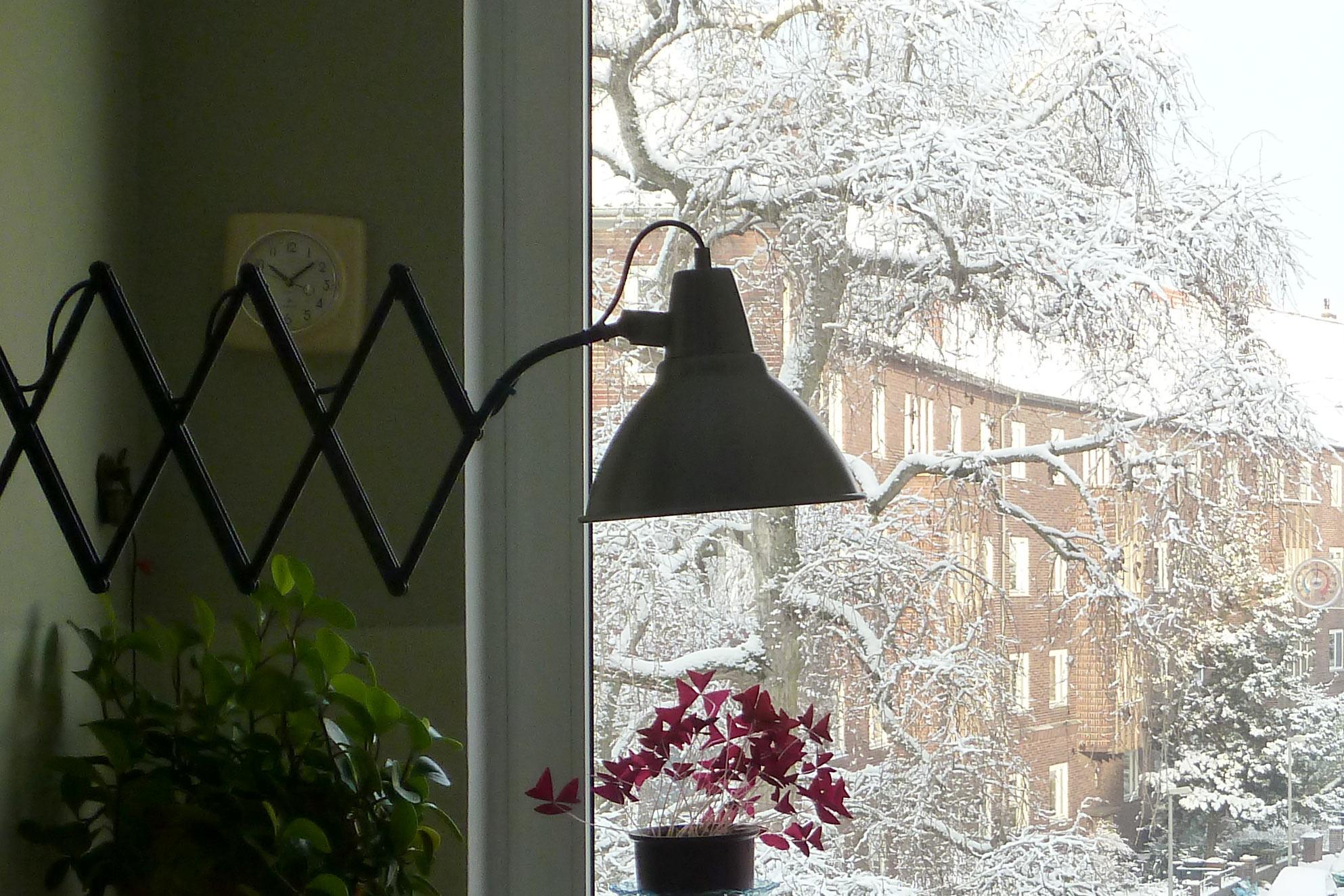 Winterstimmung Schnee Scherenlampe in der Küche