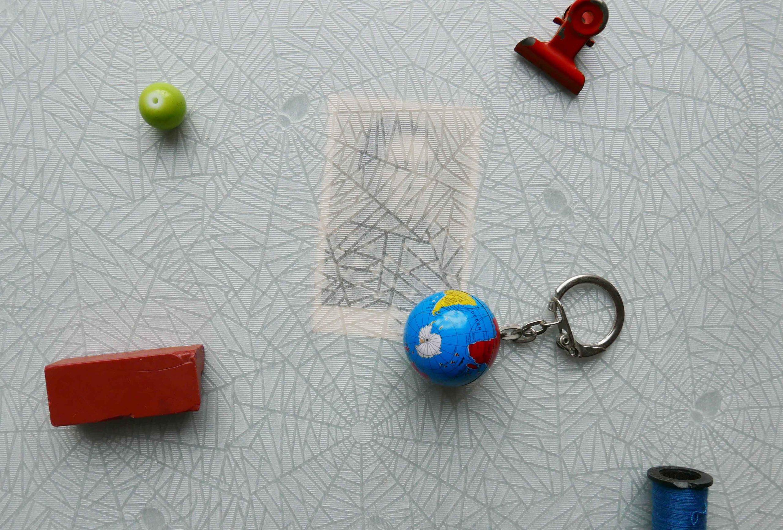 Minimalistischer Lebensstil und Digitalisierung kleine Objekte auf Seidenpapier