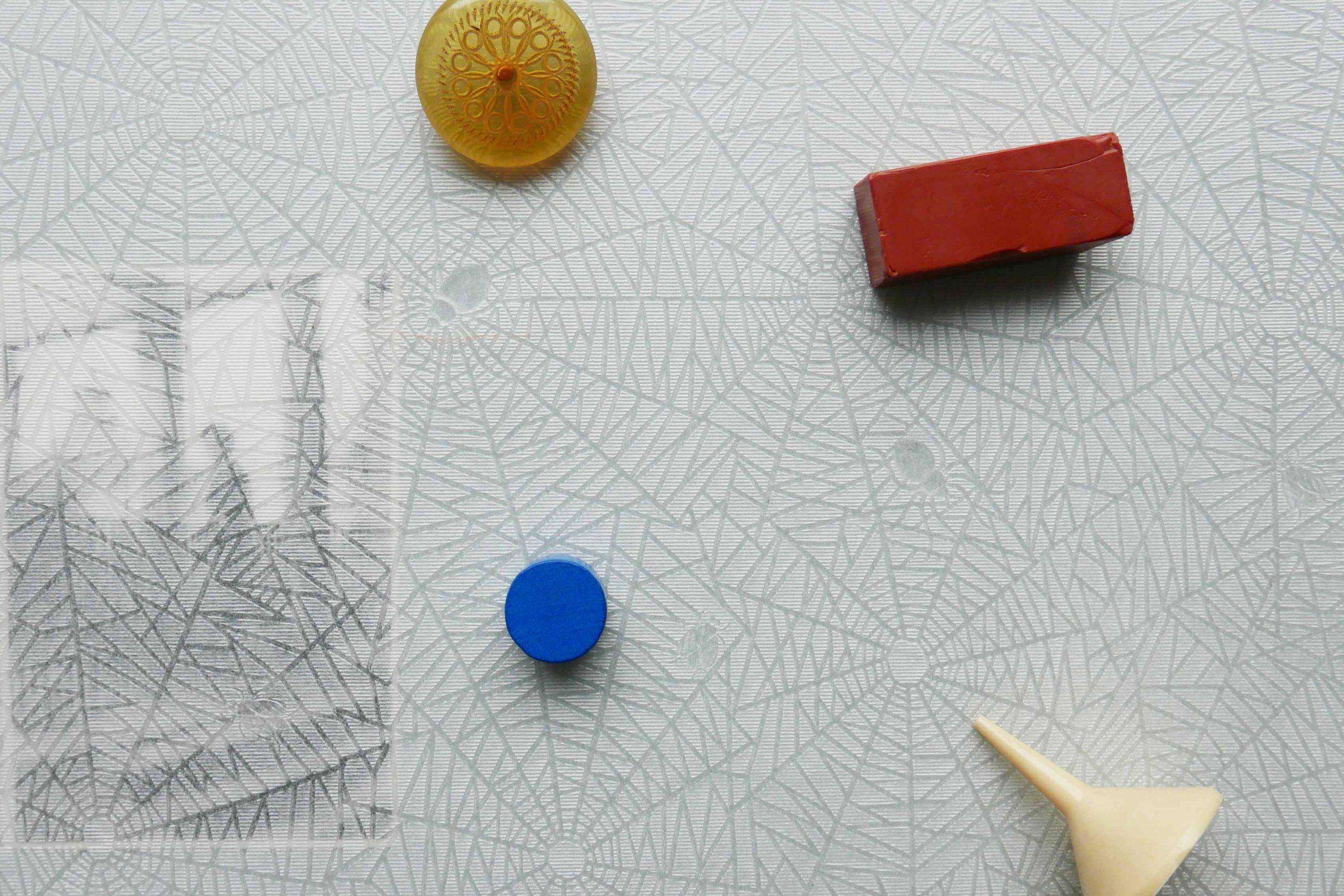 Minimalistischer Lebensstil kleine Gegenstände auf Seidenpapier