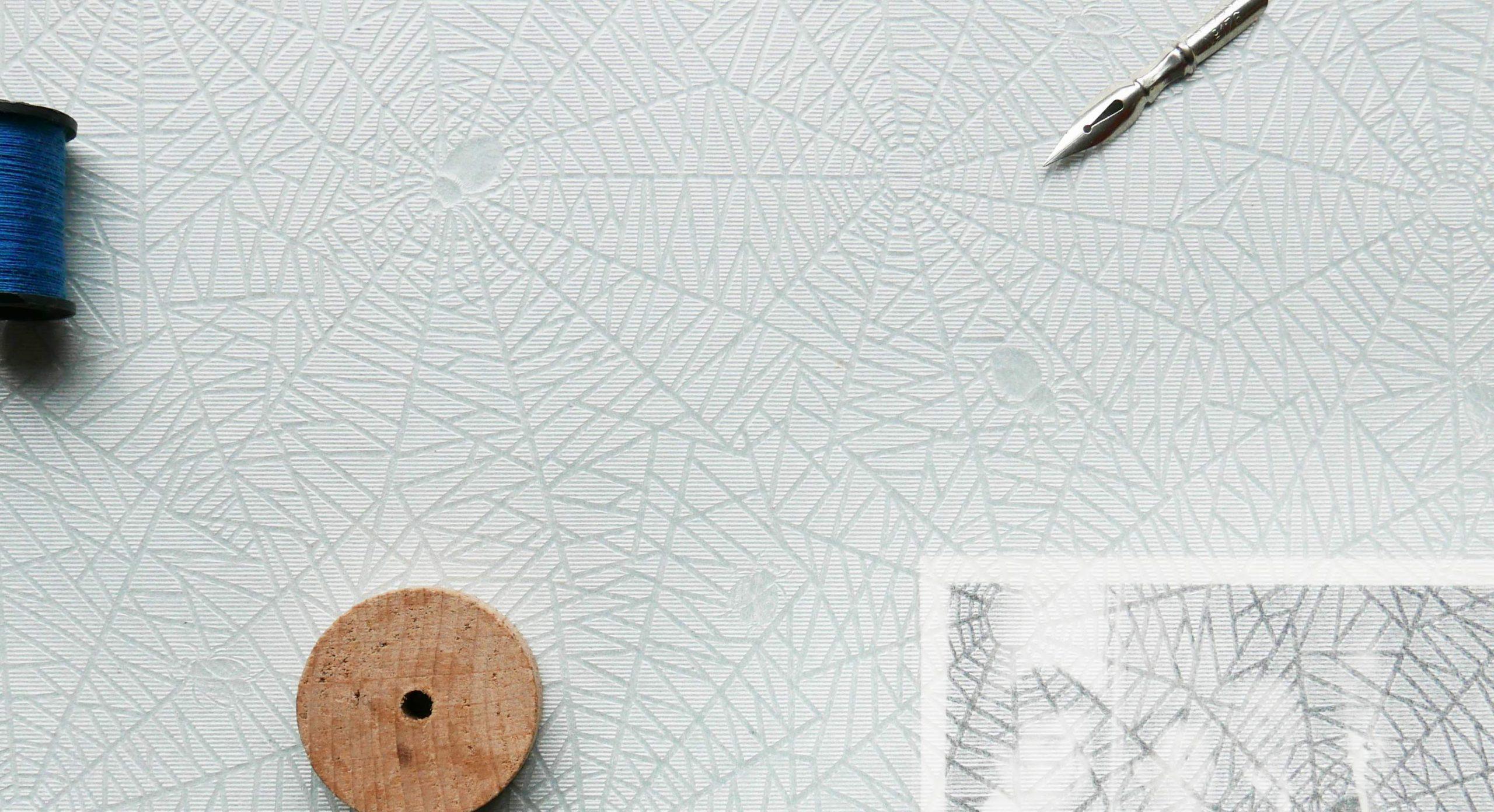 Komposition aus Fotografie und kleinen Objekten auf Seidenpapier