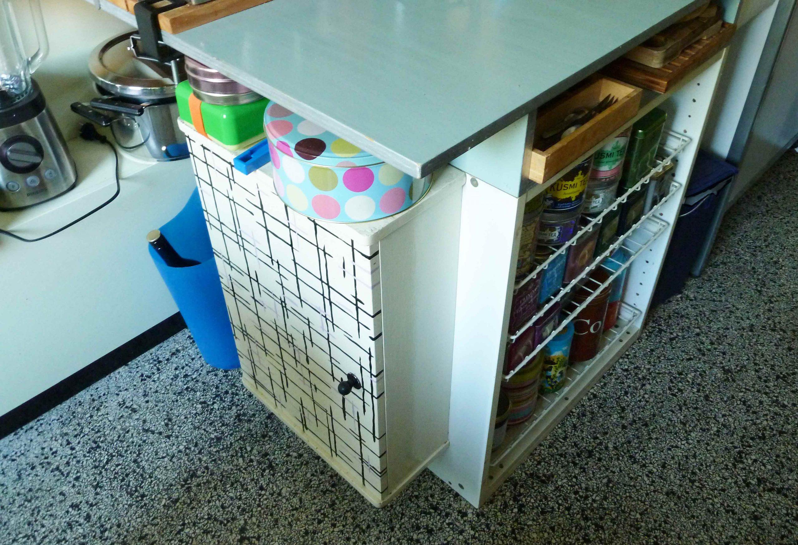 Ecke einer Küchenarbeitsplatte mit Schränken