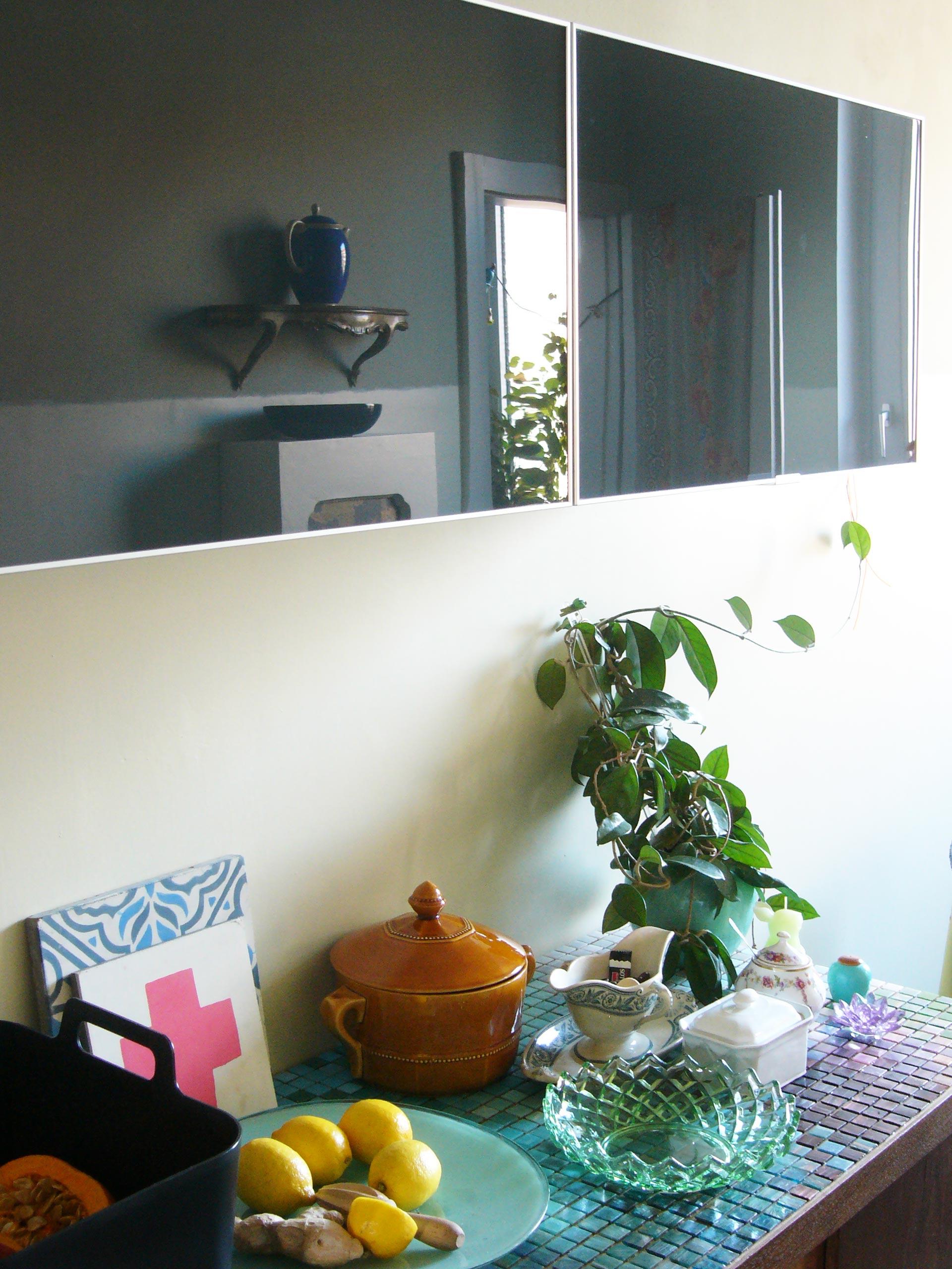 Spiegelung in den Glas Hängeschränken Küchenphilosophie oder was in einer modernen Küche fehlen darf