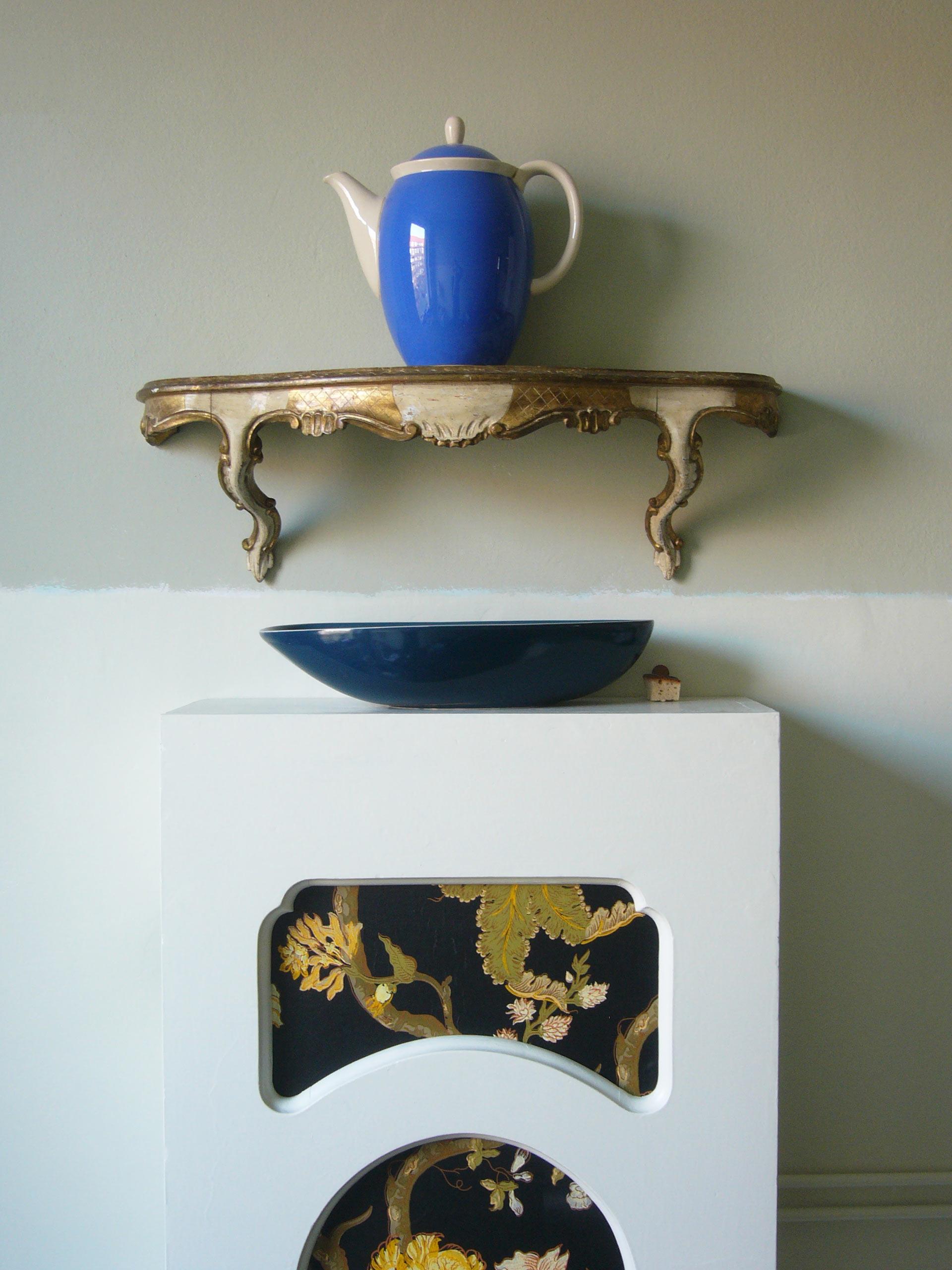Rohrverkleidung als Schrank mit Kaffeekanne und barockem WandregalKüchenphilosophie