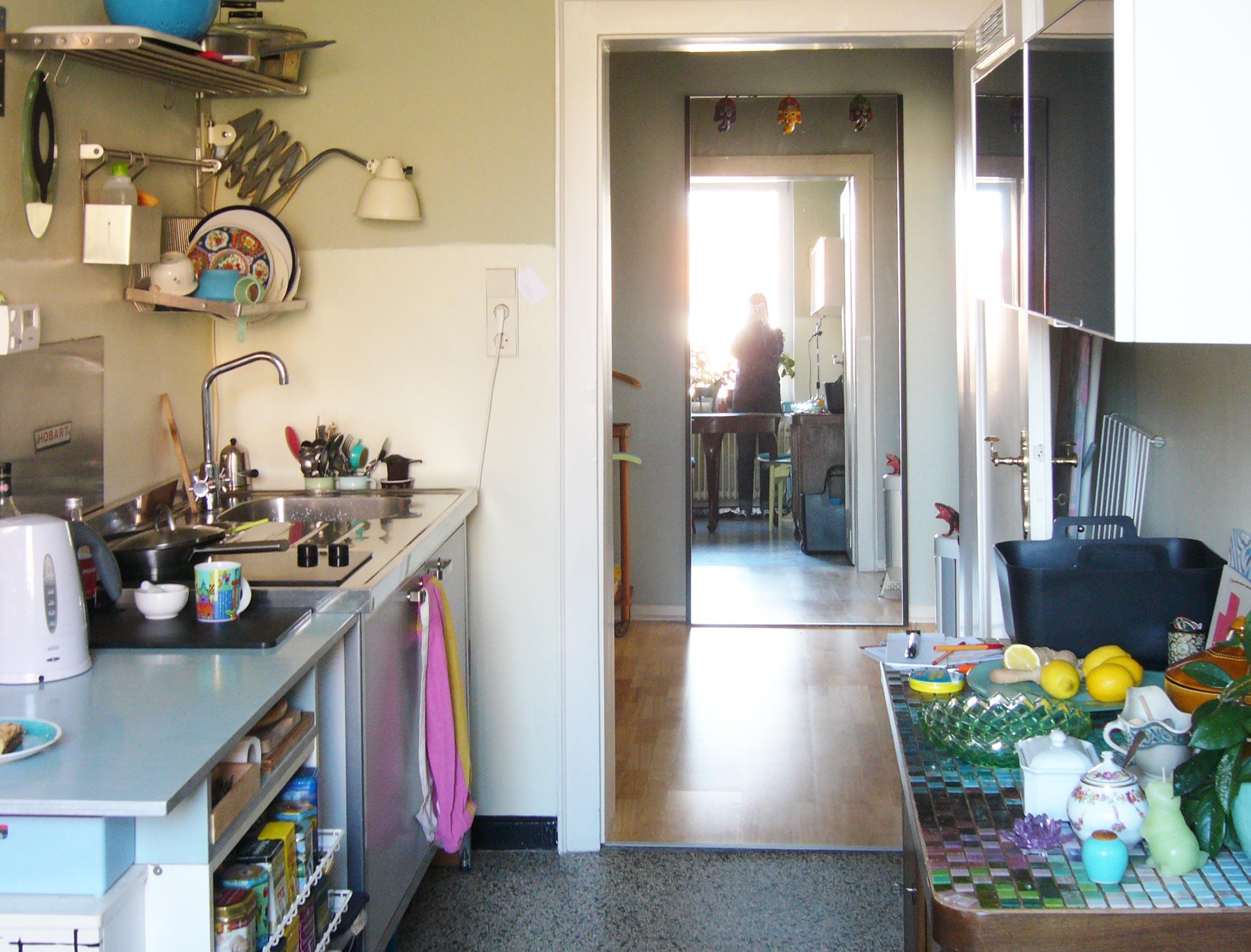 Küchenzeile und ein Spiegel in dem sich die Küche spiegelt