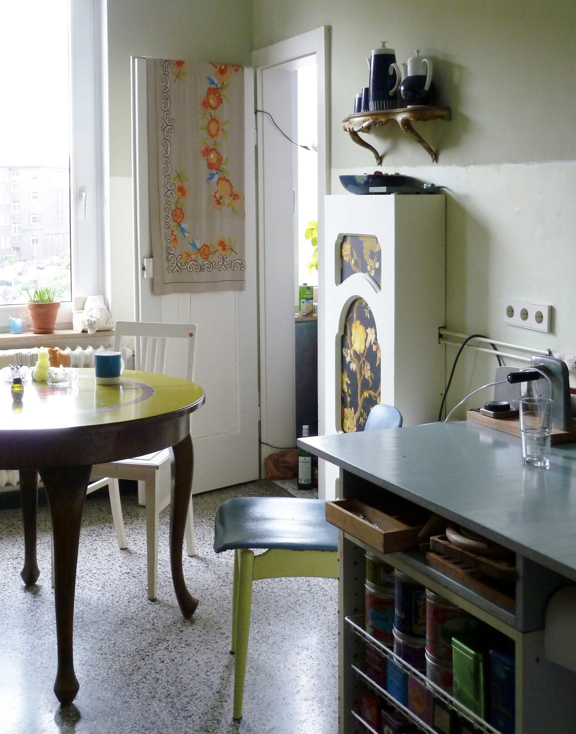 Küche mit einem Esstisch und Speisekammer