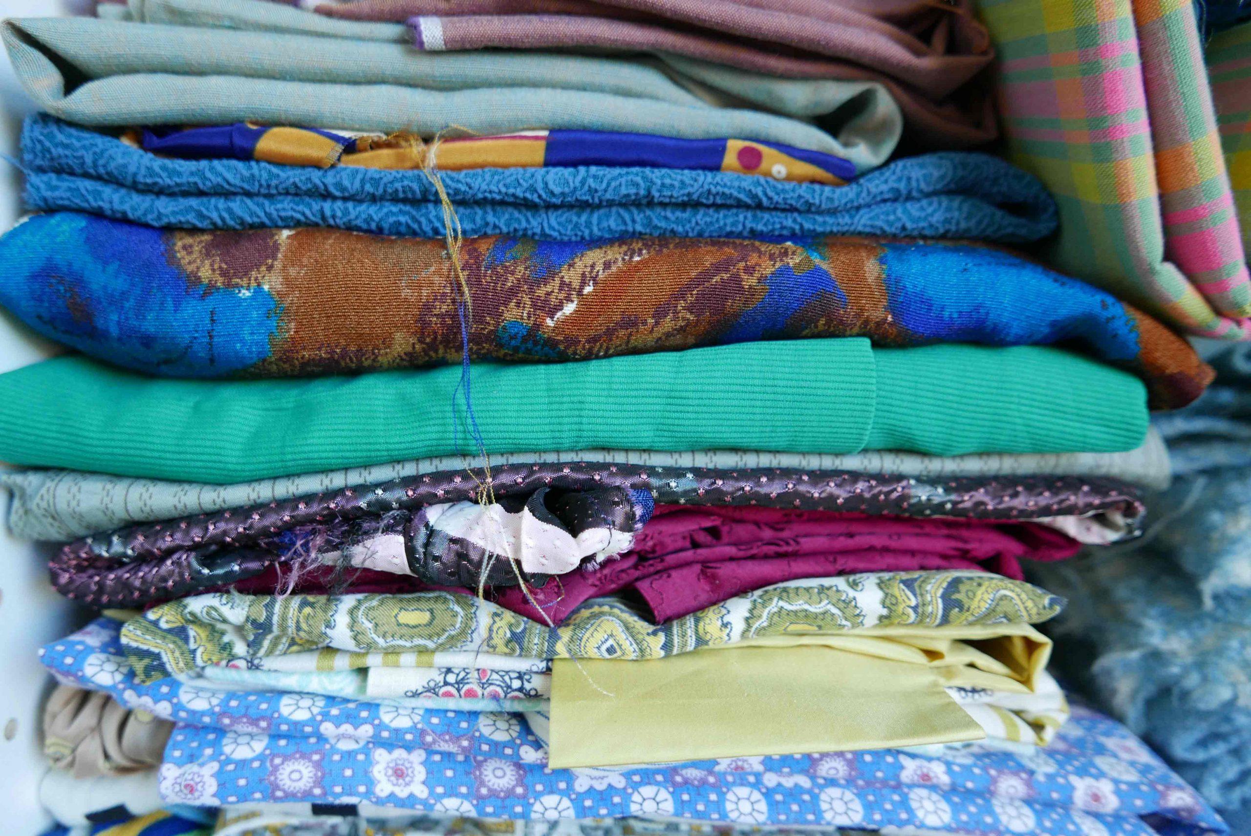 nachhaltiges Kleid Klamotten im Schrank