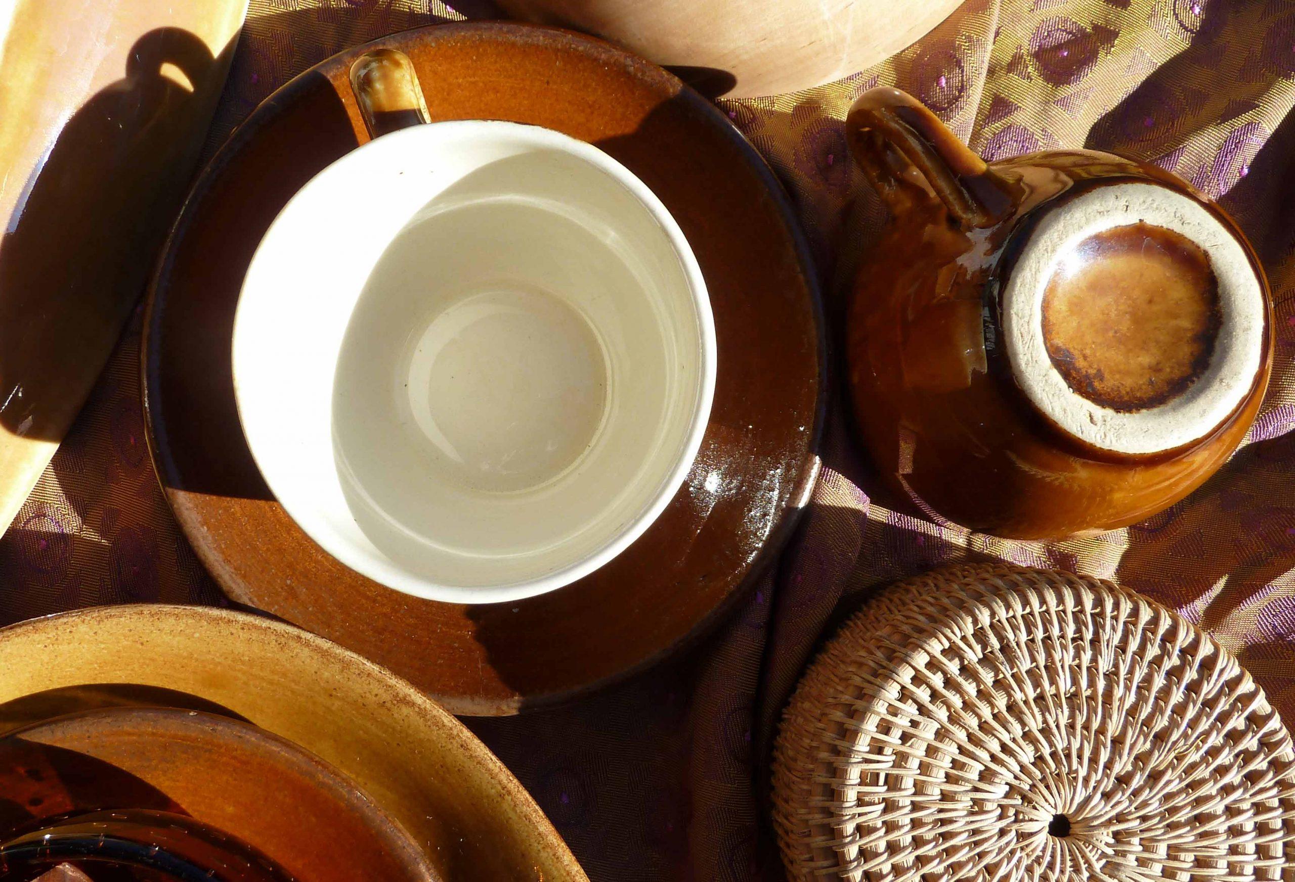 Keramik Kaffeetasse in dem Bernsteinlicht Komposition Styling