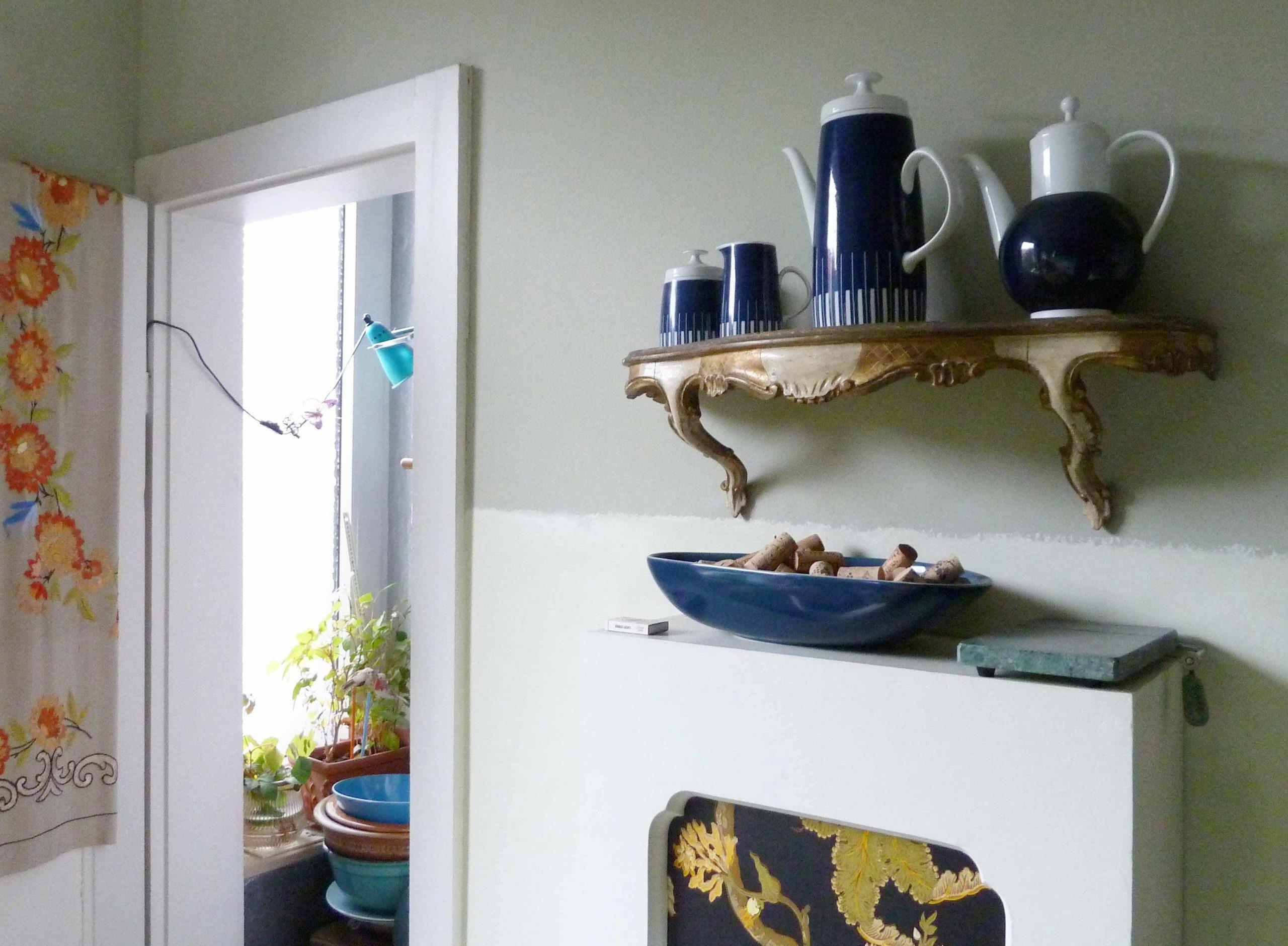 Ansicht der Küche mit Speisekammer und Teekannen